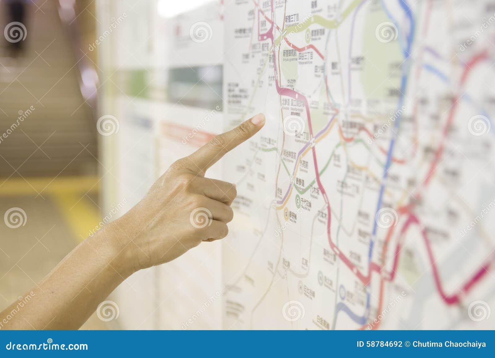 Un turista que señala las atracciones turísticas