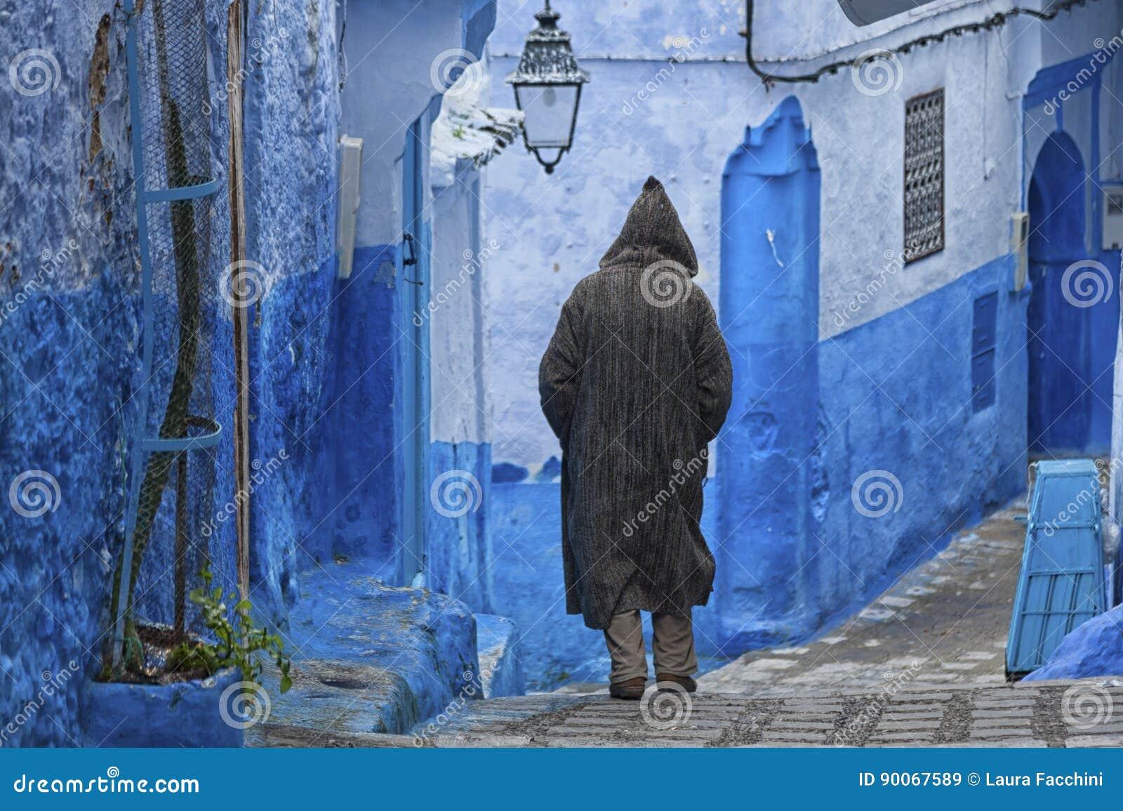 Un Uomo In Abbigliamento Marocchino Tipico 90541d73d81