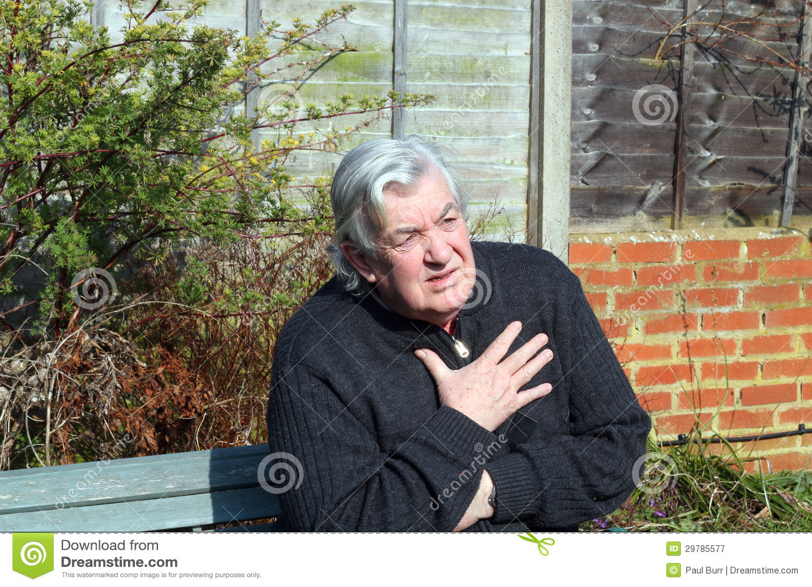Conduttura anziana con i dolori di torace.