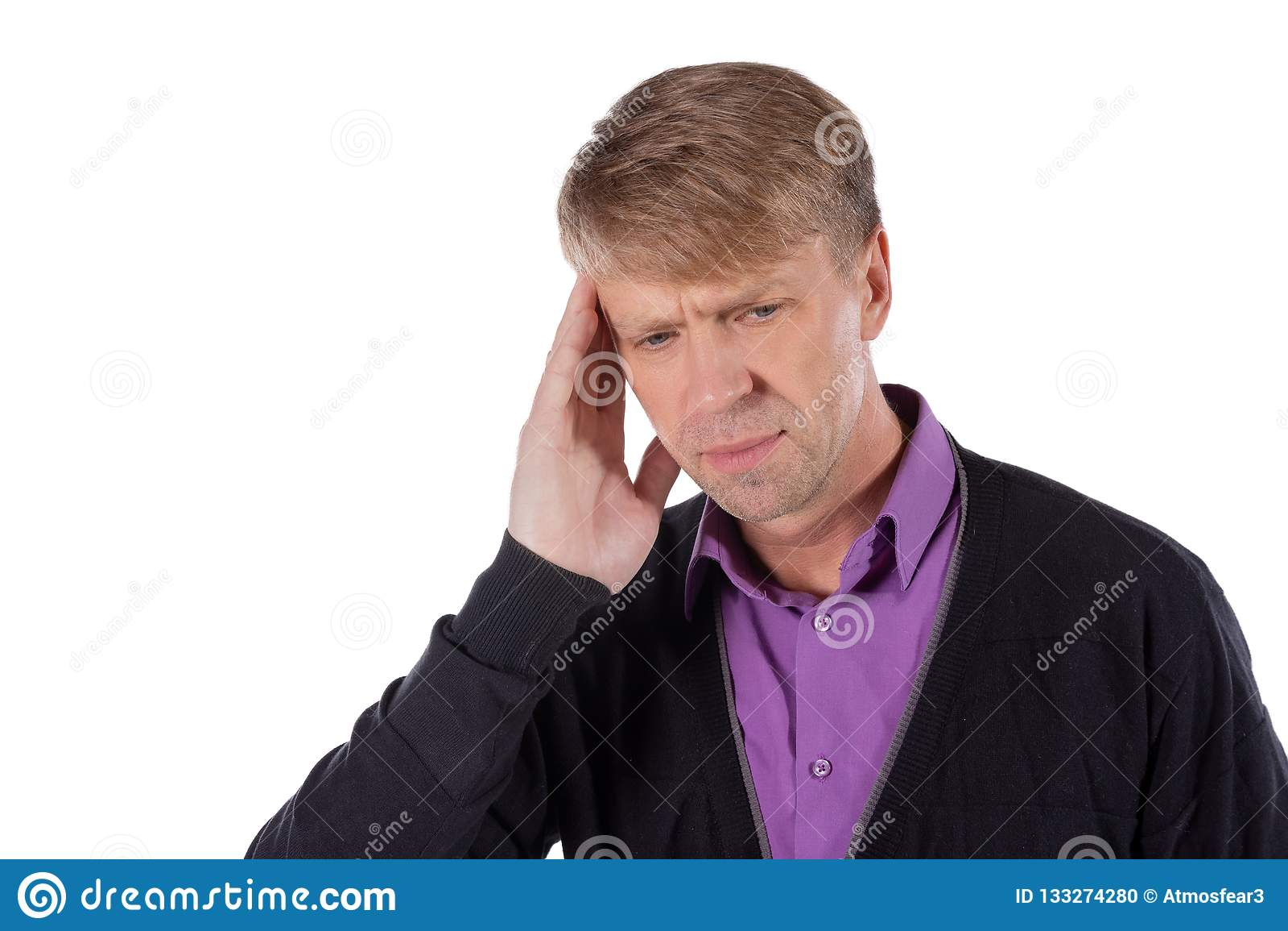 Un uomo bello tiene le sue mani sulla sua testa su fondo bianco Emicrania o emicrania