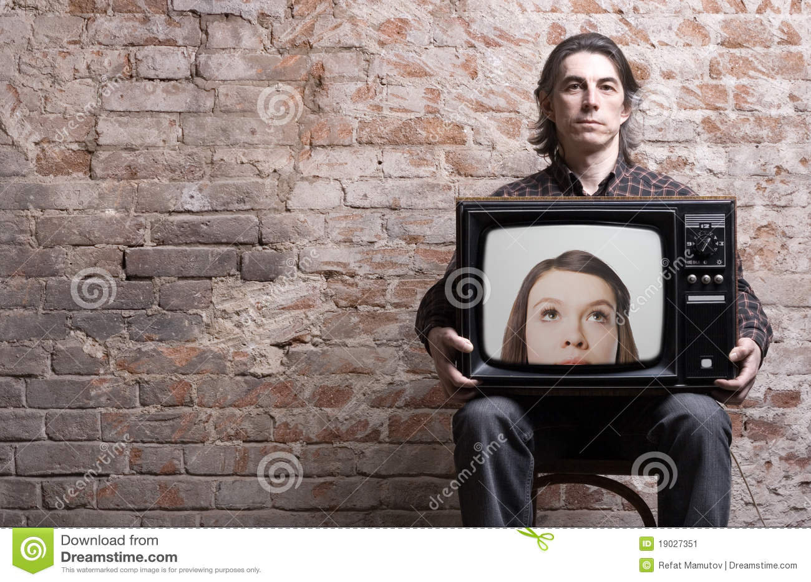 Un uomo che tiene una retro TV
