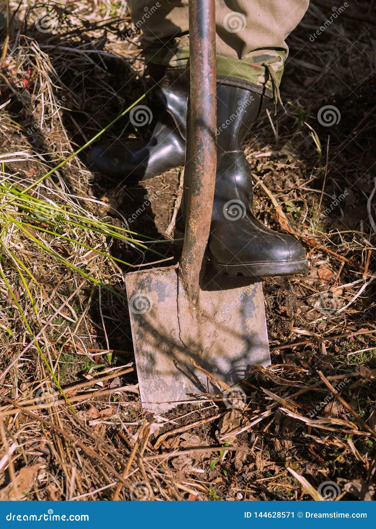 Un uomo con uno shoveln