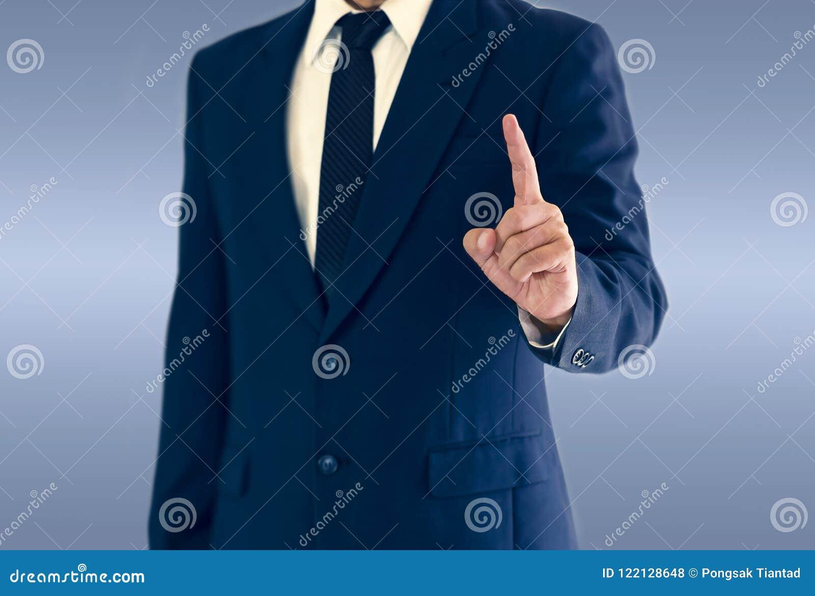 Un uomo d affari è stante ed indicante la mano