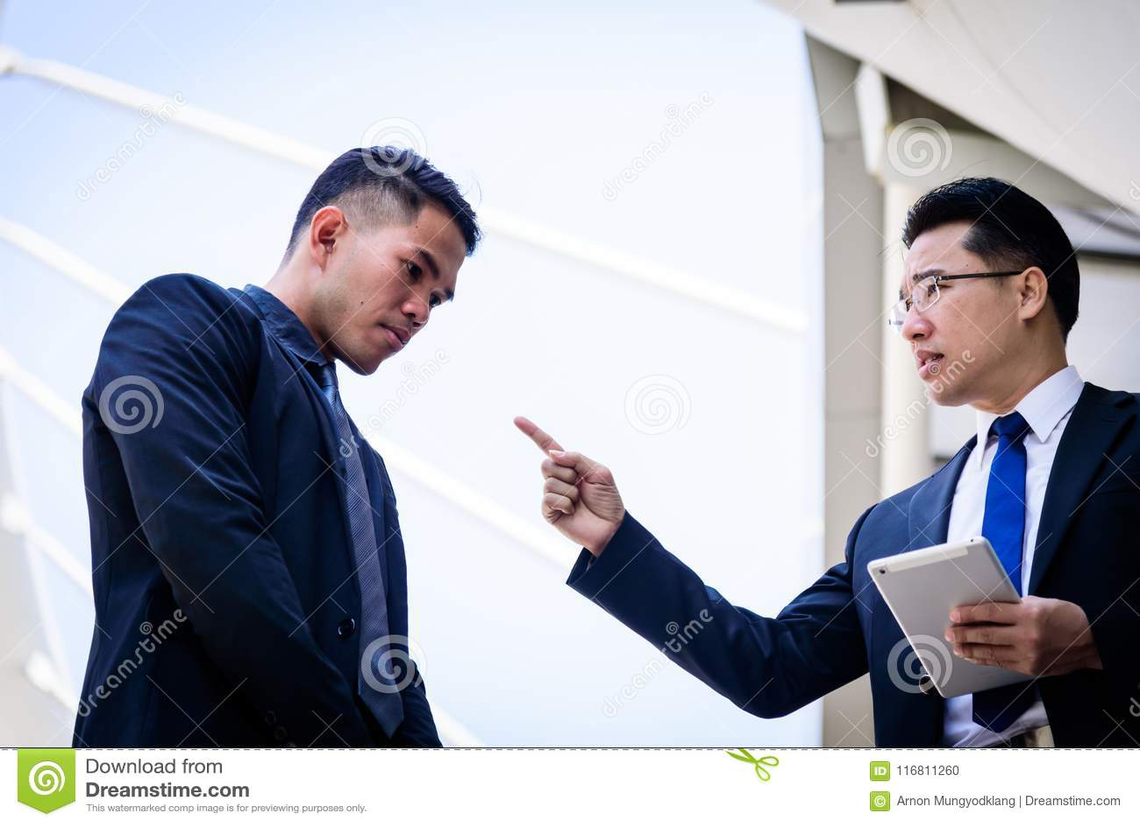 Un uomo d affari di due asiatici ha conversazione per la visione di affari