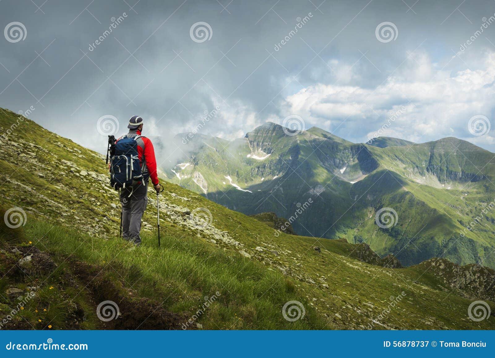 Un uomo d escursione