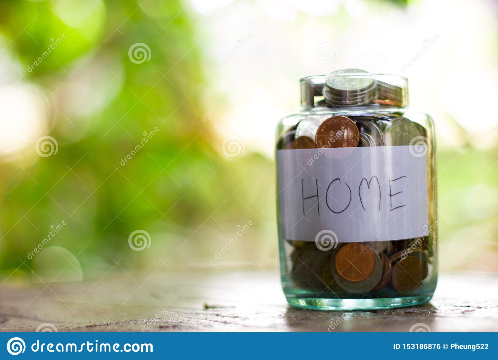 Un uomo deve risparmiare i soldi per comprare una casa