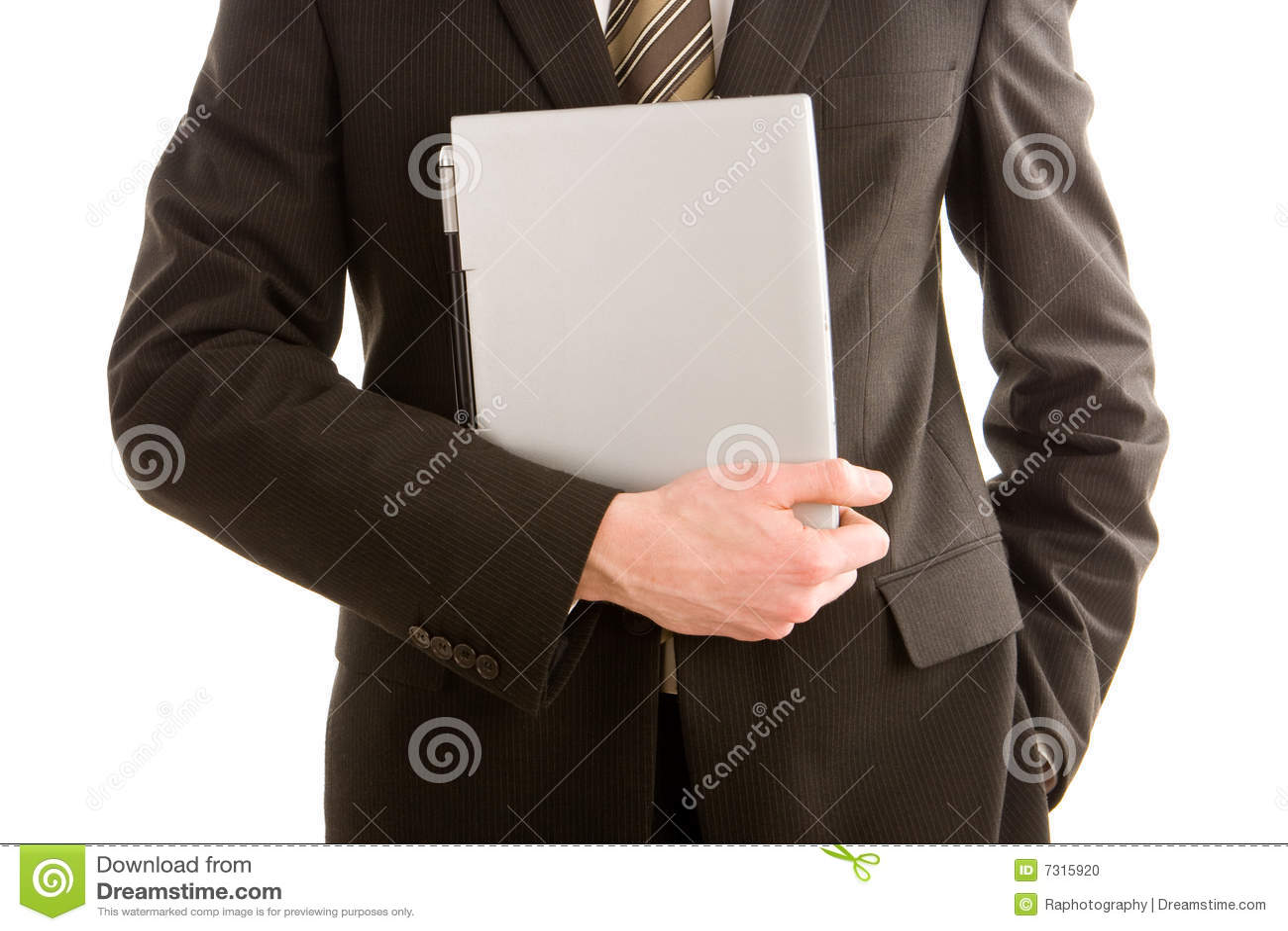 Un uomo di affari che tiene un computer portatile d argento