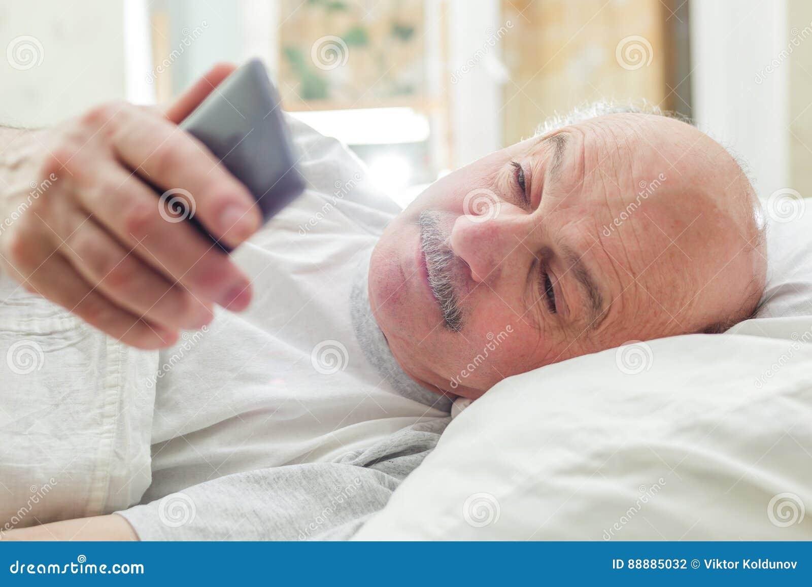 Un uomo esamina le chiamate mancanti dopo avere svegliato