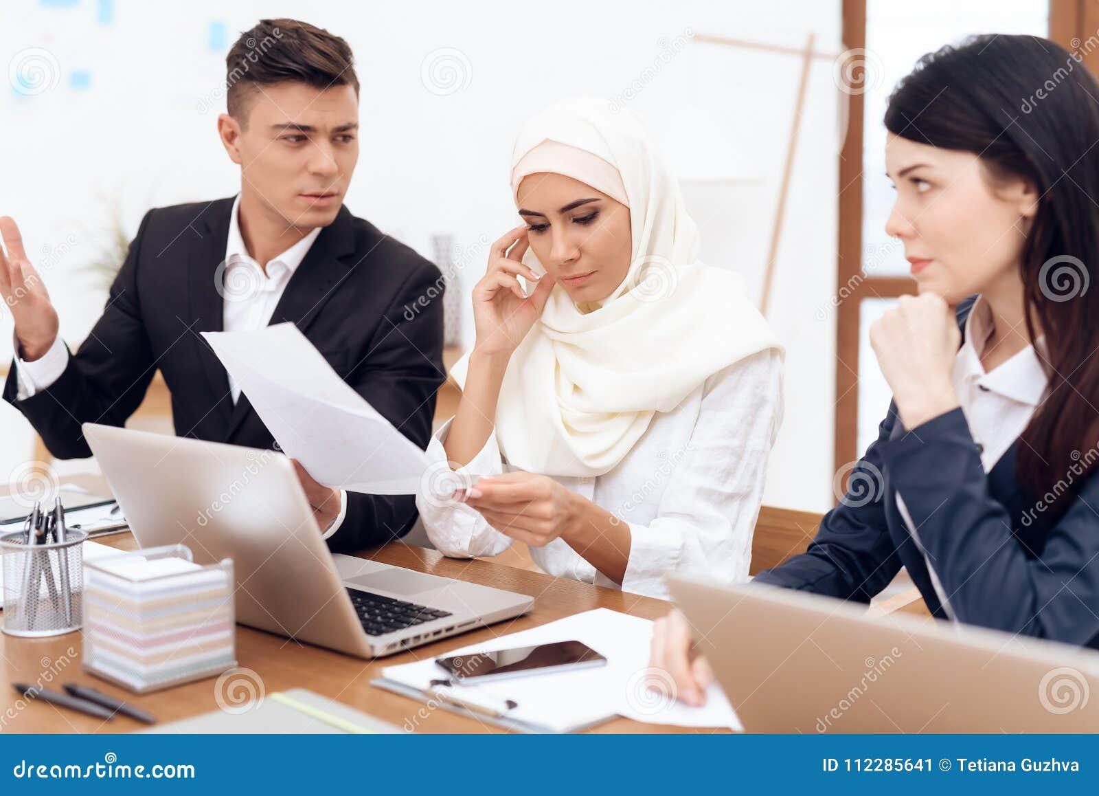 Un uomo ha le pretese ad una donna che indossa un hijab