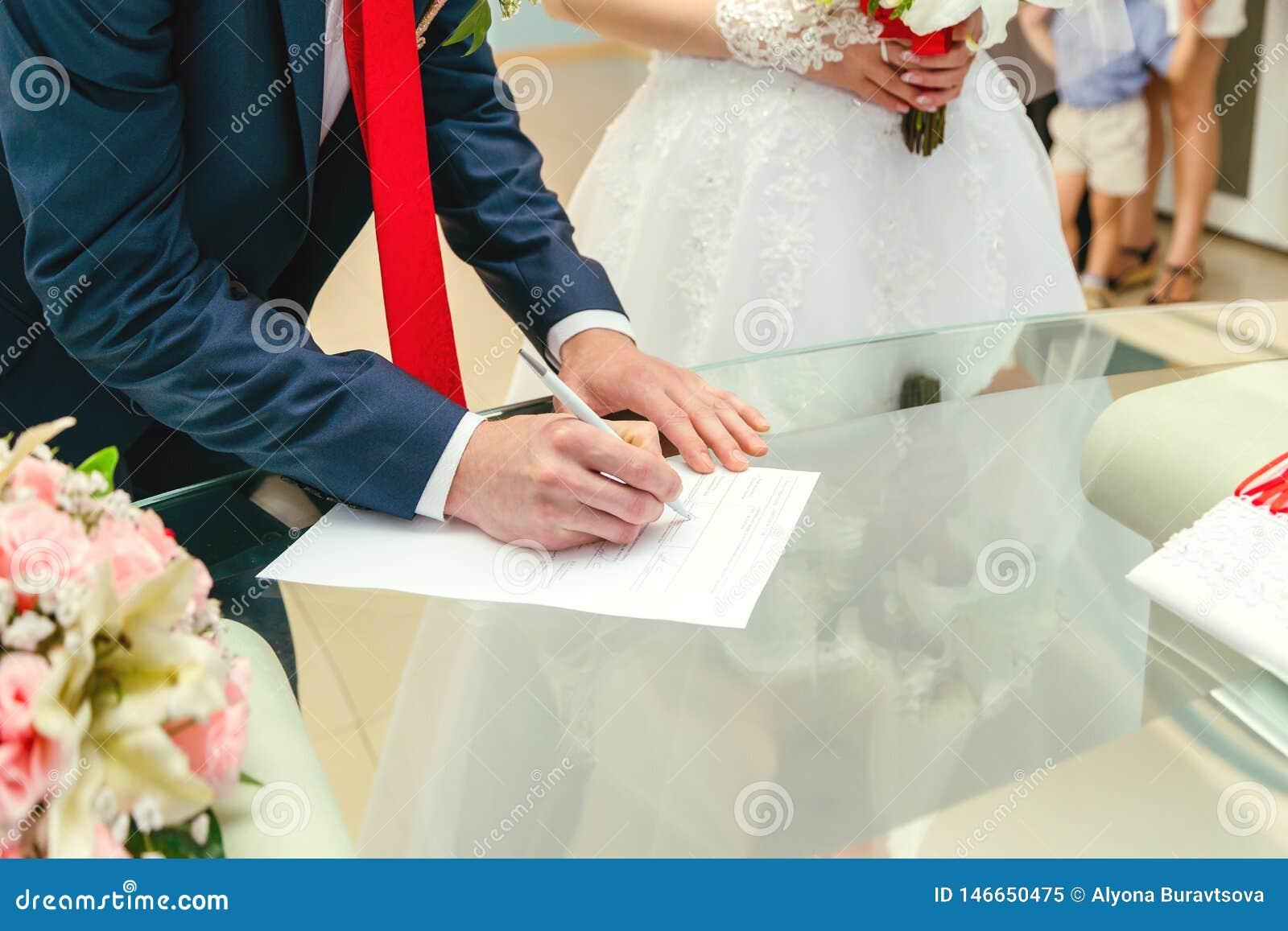 Un uomo mette una firma nei documenti mani e documenti di un uomo