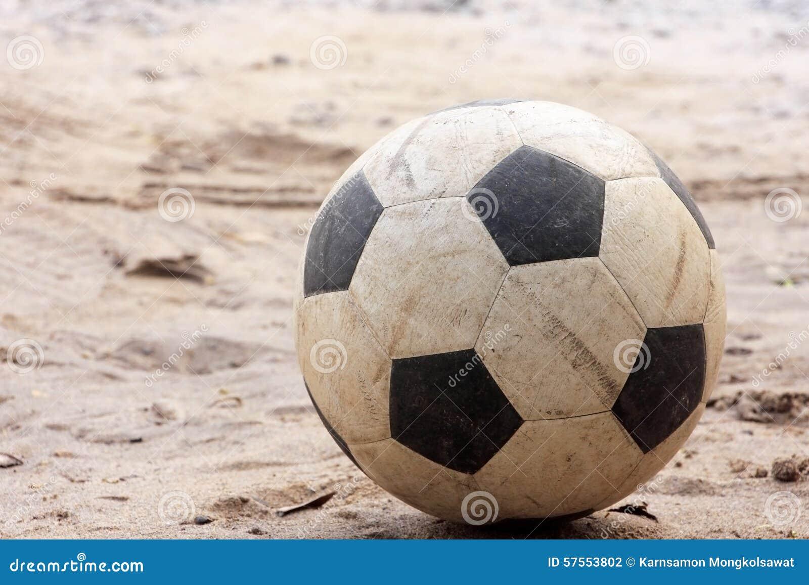 Un vecchio calcio o pallone da calcio sulla sabbia - Pagina da colorare di un pallone da calcio ...