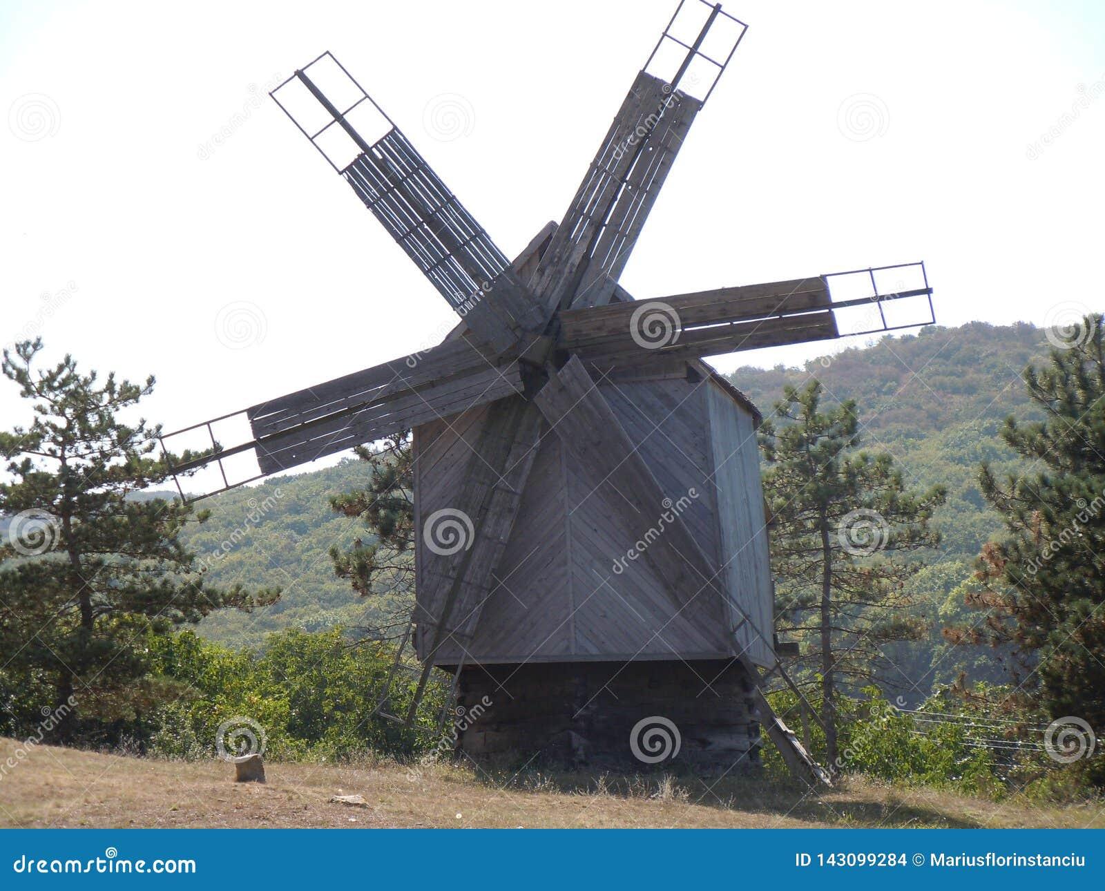 Un vecchio mulino a vento nella terra storica di Dobrogea dentro a sud-est della Romania