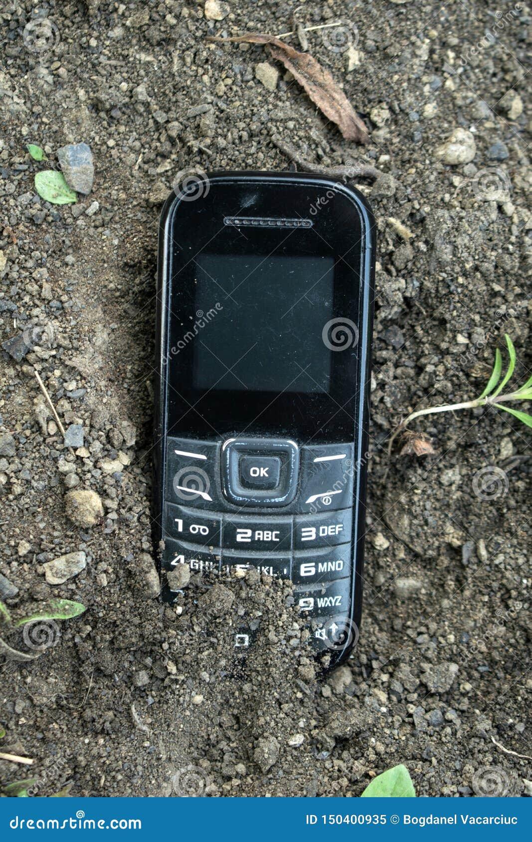 Un vecchio telefono sepolto nella terra