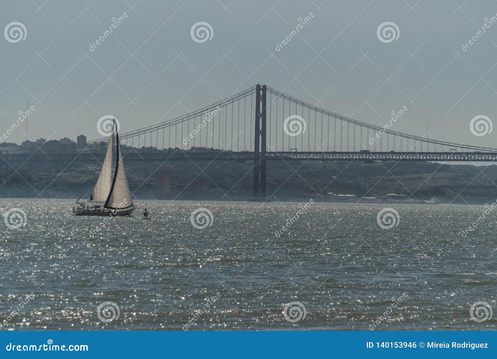 Un velero navega a través de las aguas de Tejo River en las costas de la ciudad de Lisboa
