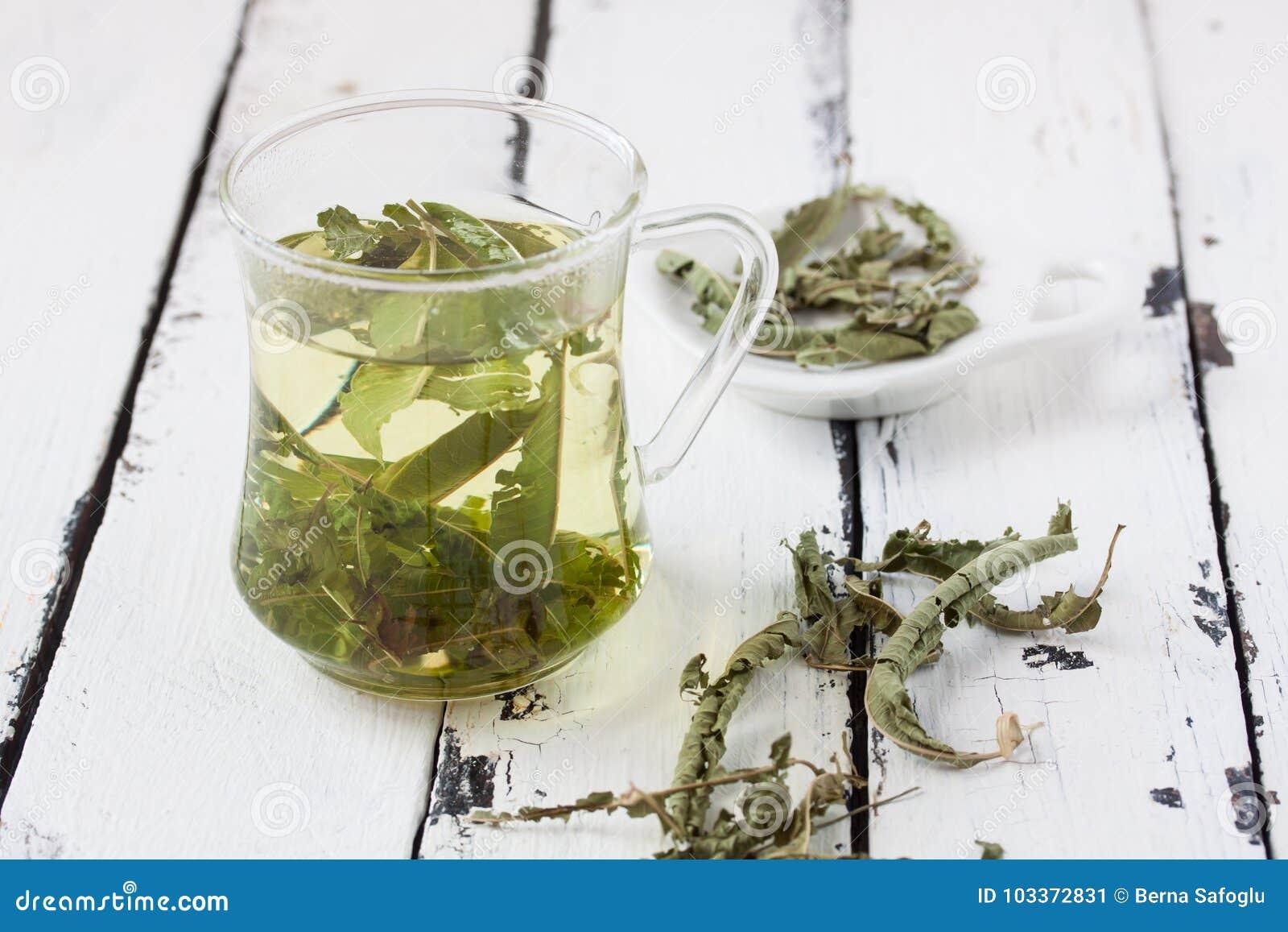 Un verre de thé de baume de citron