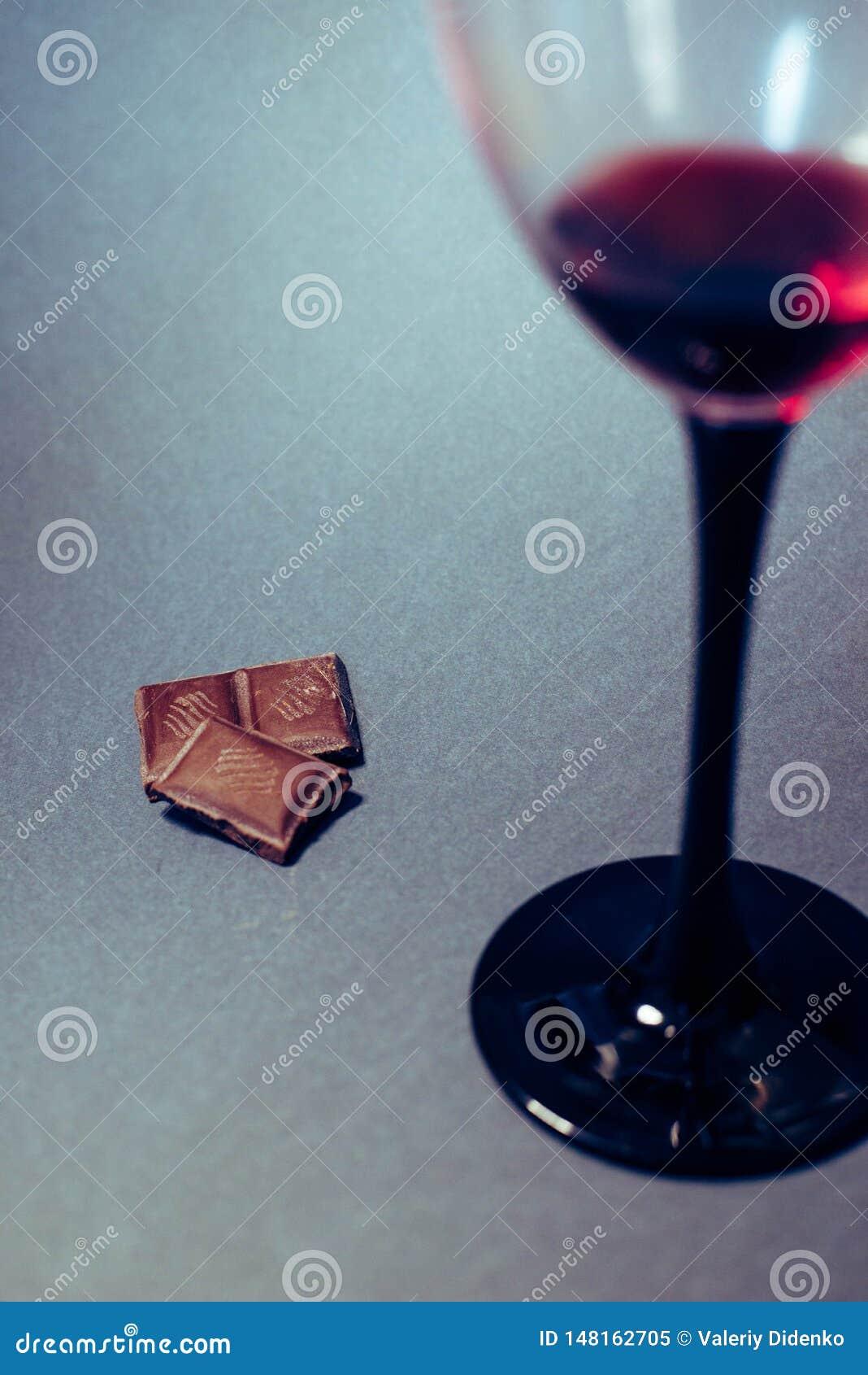 Un verre de tranches de vin rouge et de chocolat