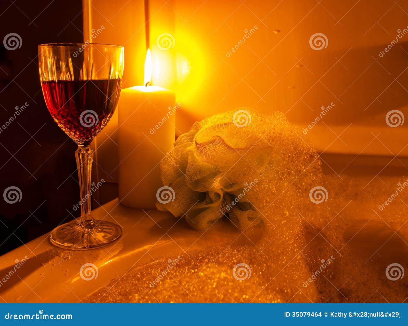 Un Verre De Vin Et De Bain Moussant Photo Stock Image Du