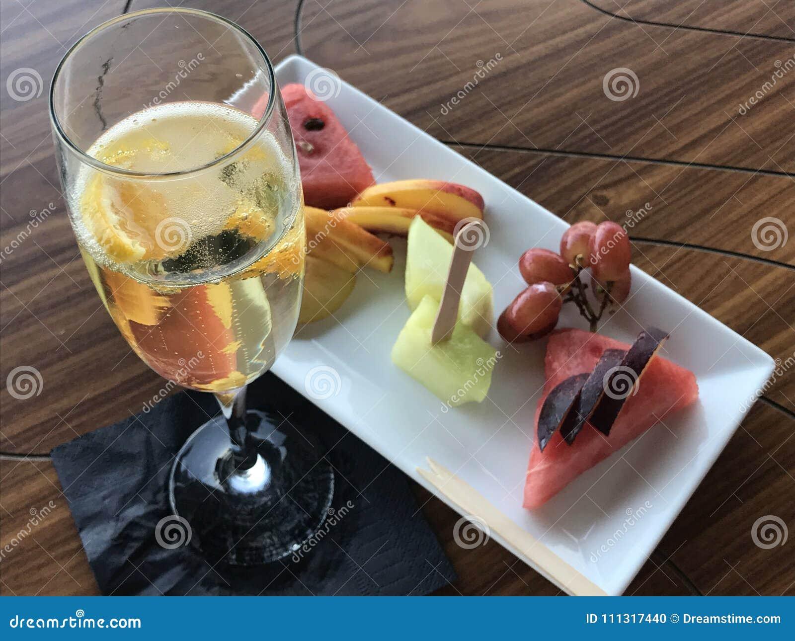 Un verre de vin mousseux et de salade de fruits