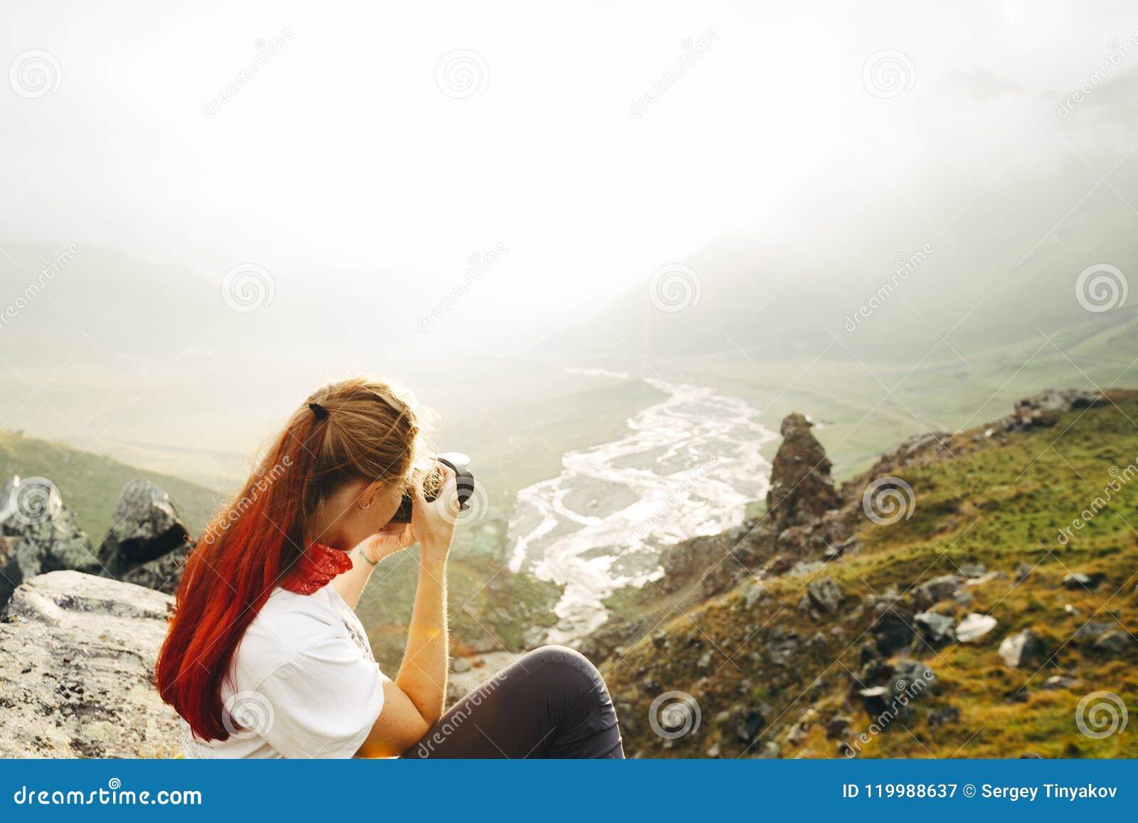 Un Viajero De La Chica Joven Toma Imágenes De Un Landsc De La ...