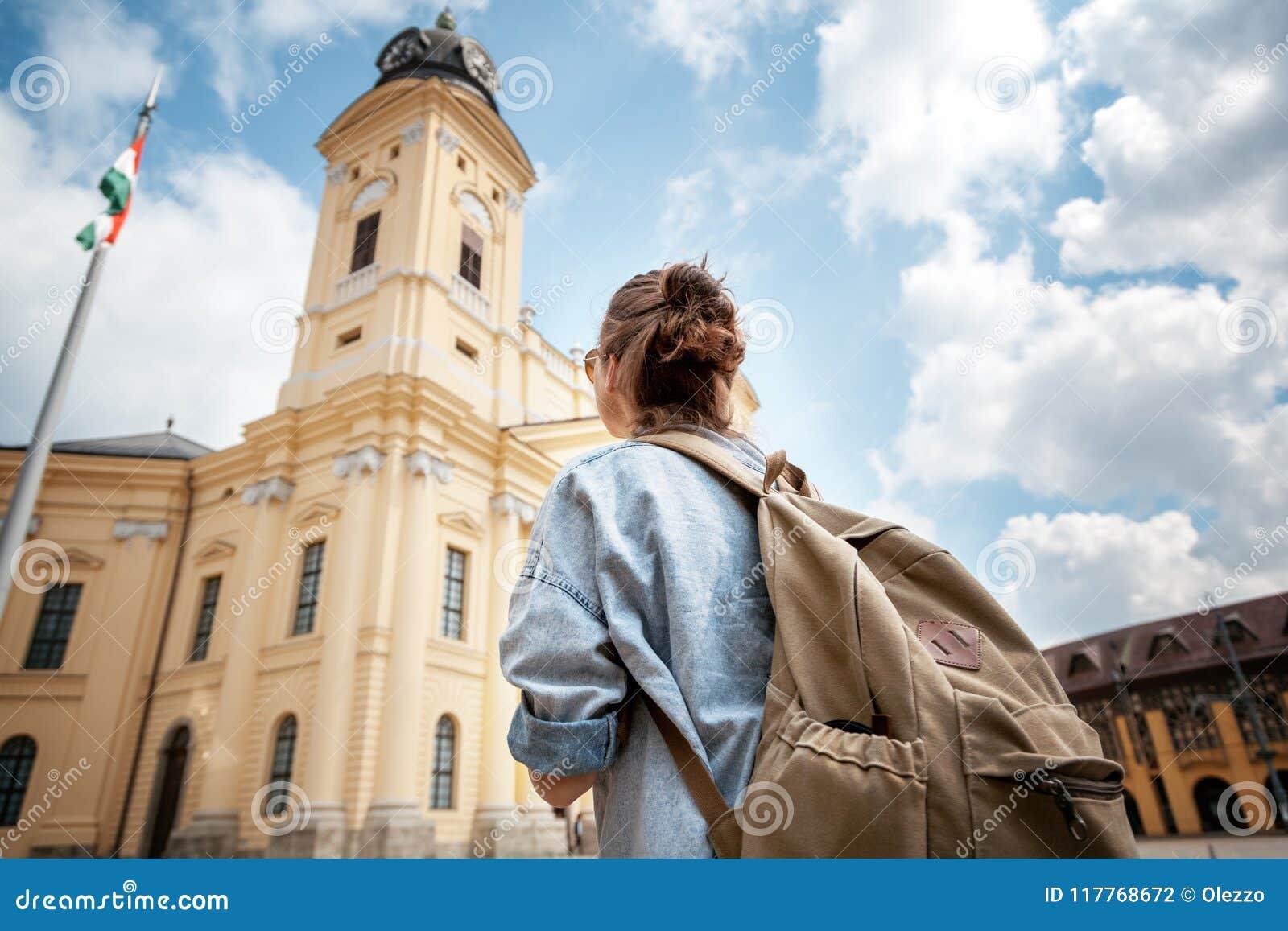 Un viajero de la mujer joven que visita las vistas en un acro del viaje del verano