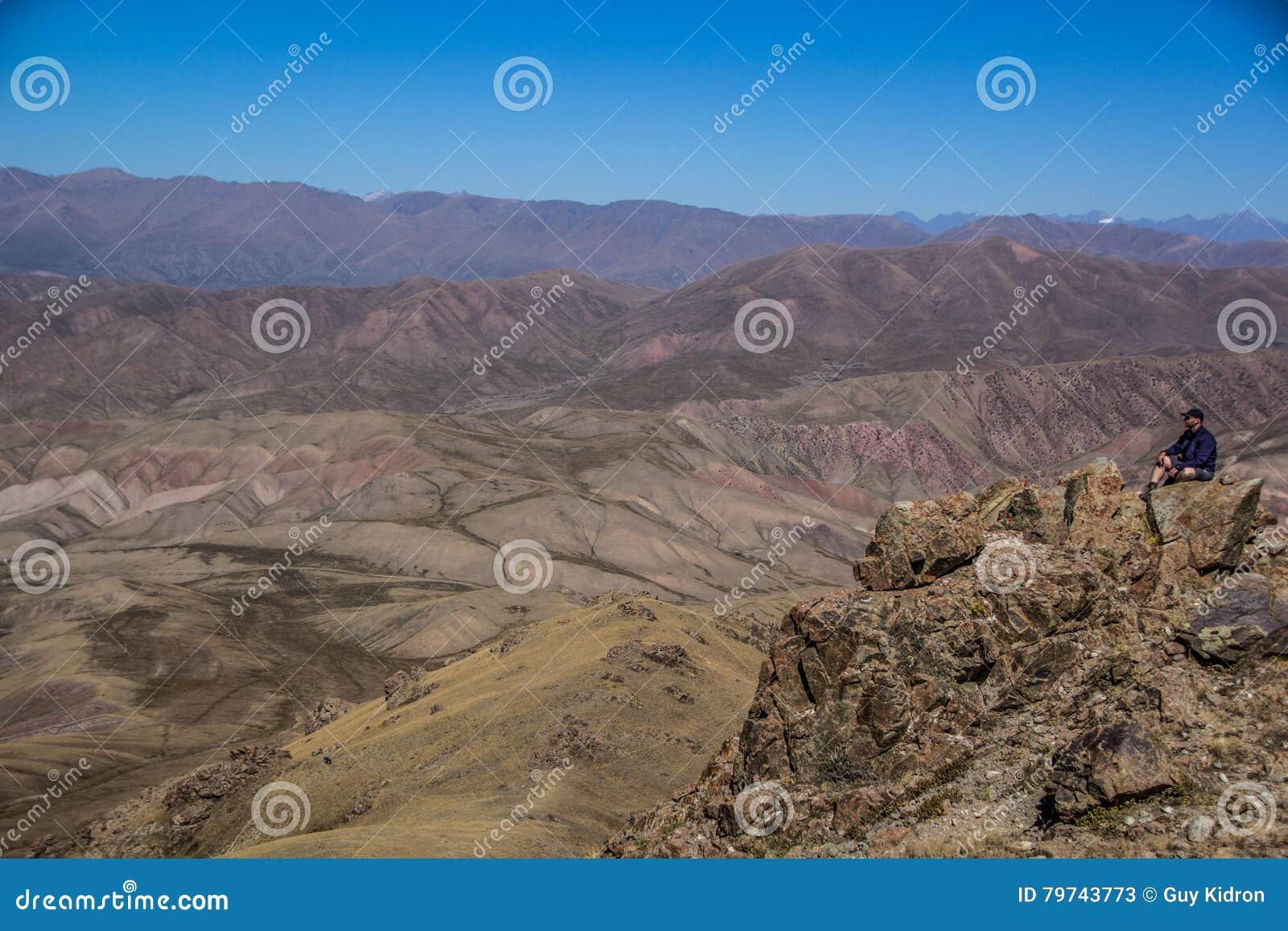 Un viajero en las montañas de Kirgiz