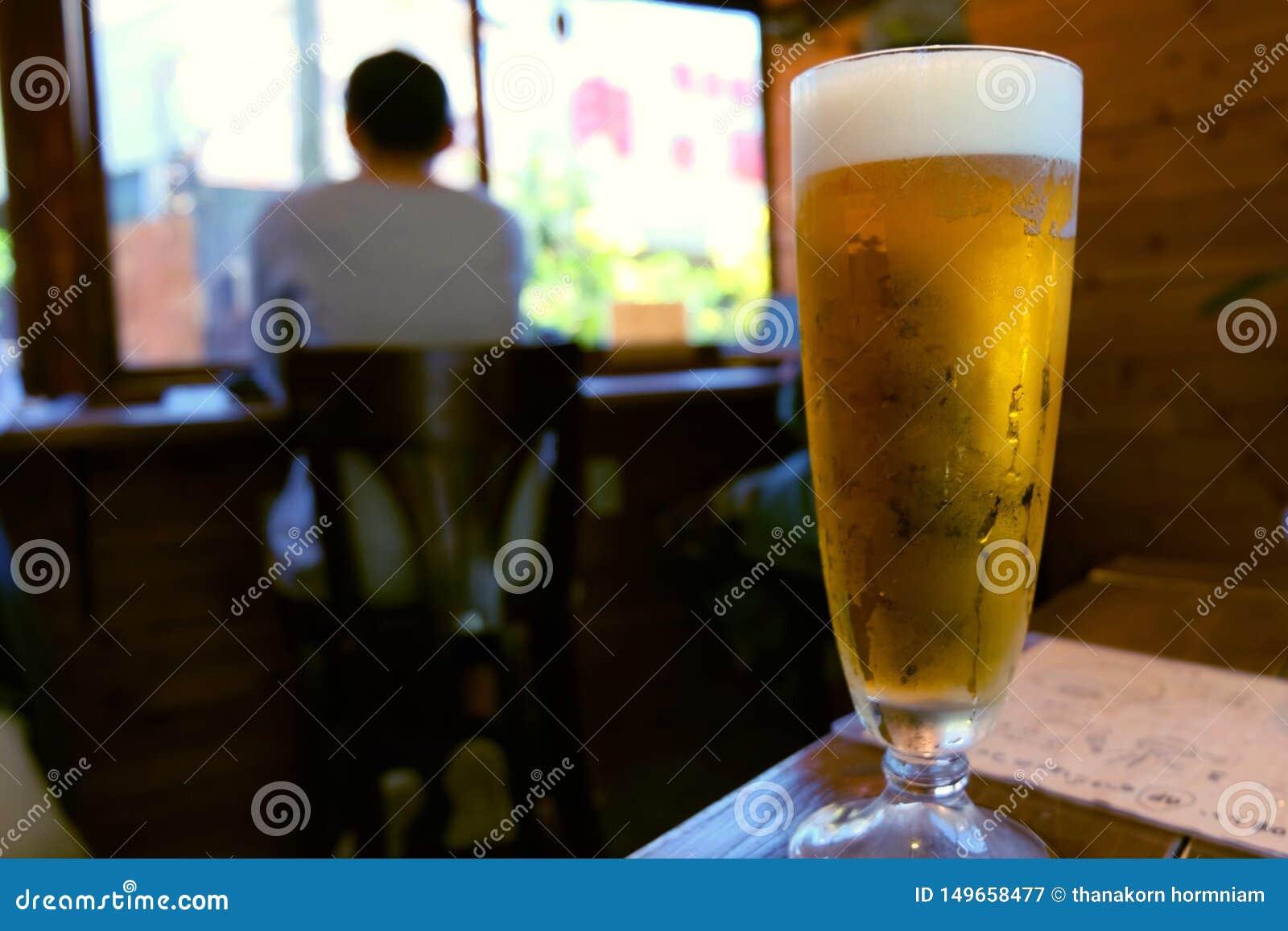 Un vidrio de cervezas del arte en café del vintage