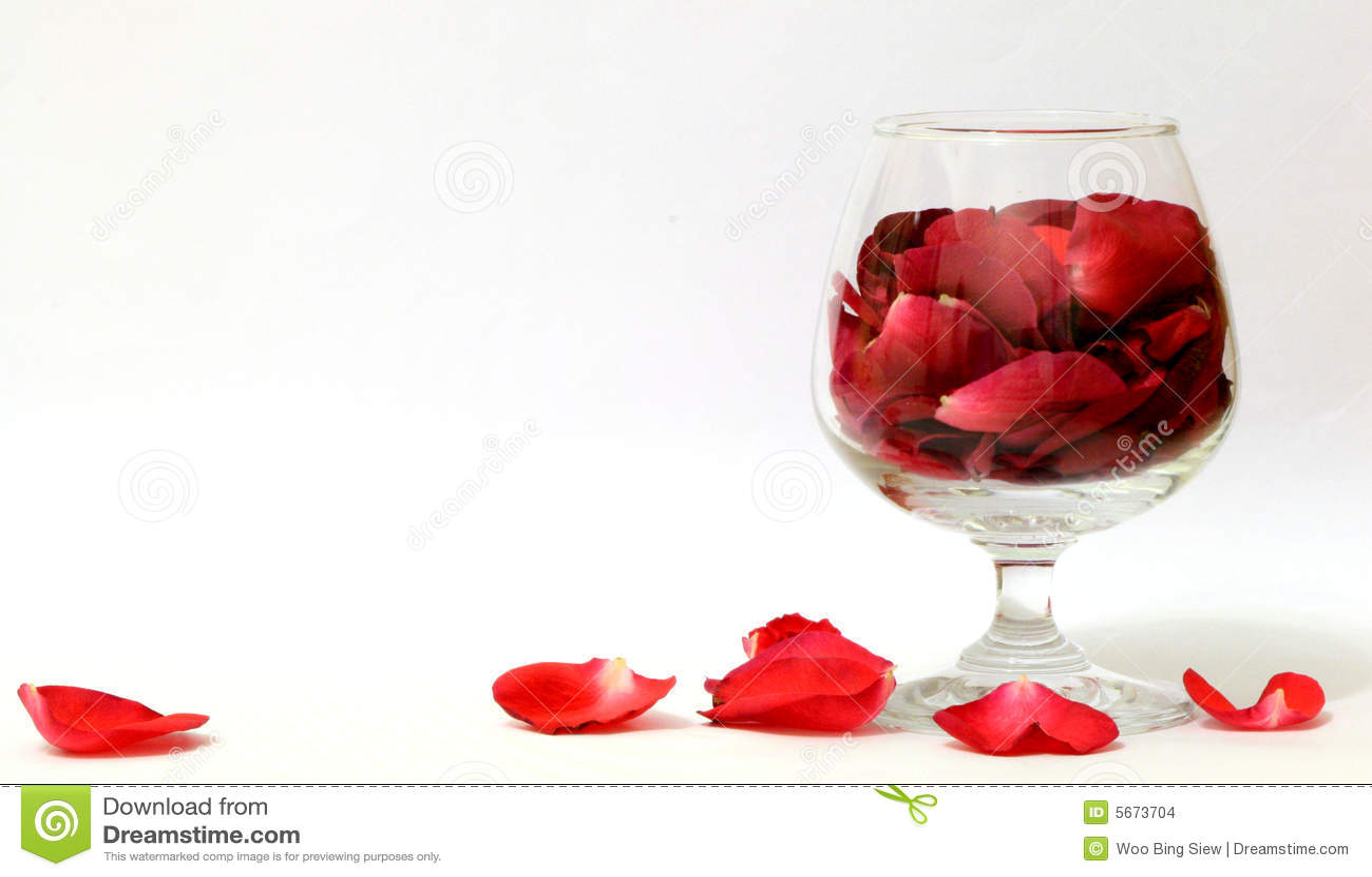 Un vidrio de los pétalos de Rose