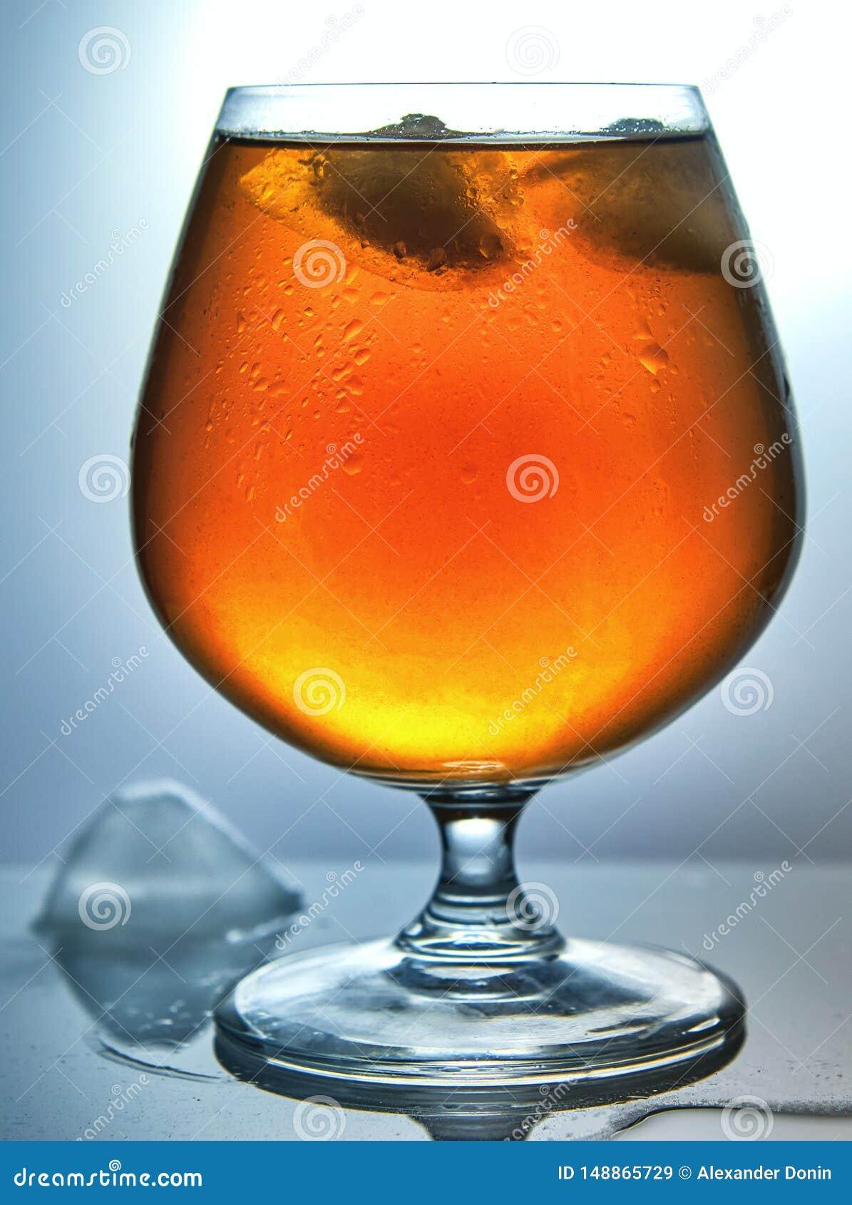 Un vidrio de whisky con hielo