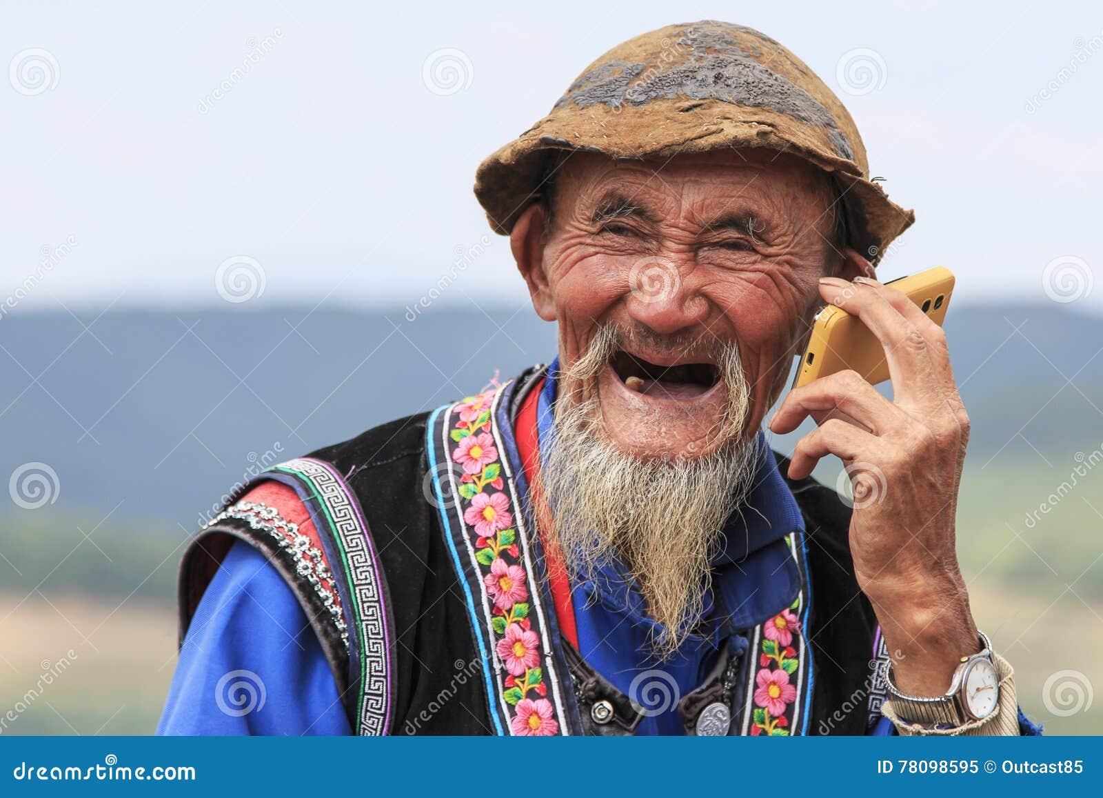Dongchuan, Chine - 27 septembre 2016   Un vieil homme chinois s est habillé  avec le vêtement traditionnel fumant tout en appréciant le panorama de  DongChuan ... 180ed89e77d2