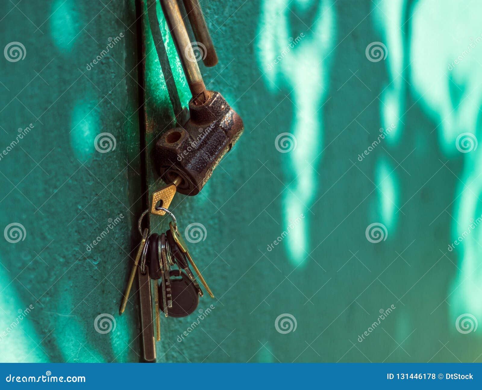 Un vieux cadenas ouvert avec des clés