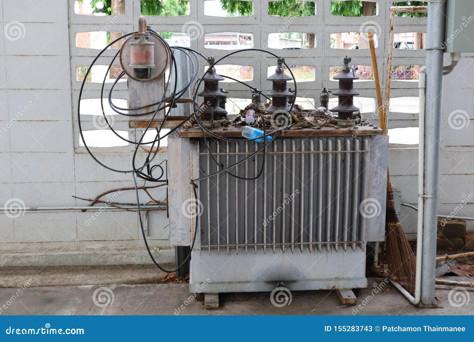 Un vieux grand transformateur à l extérieur du bâtiment pour convertir l électricité à haute tension en électricité de basse tens