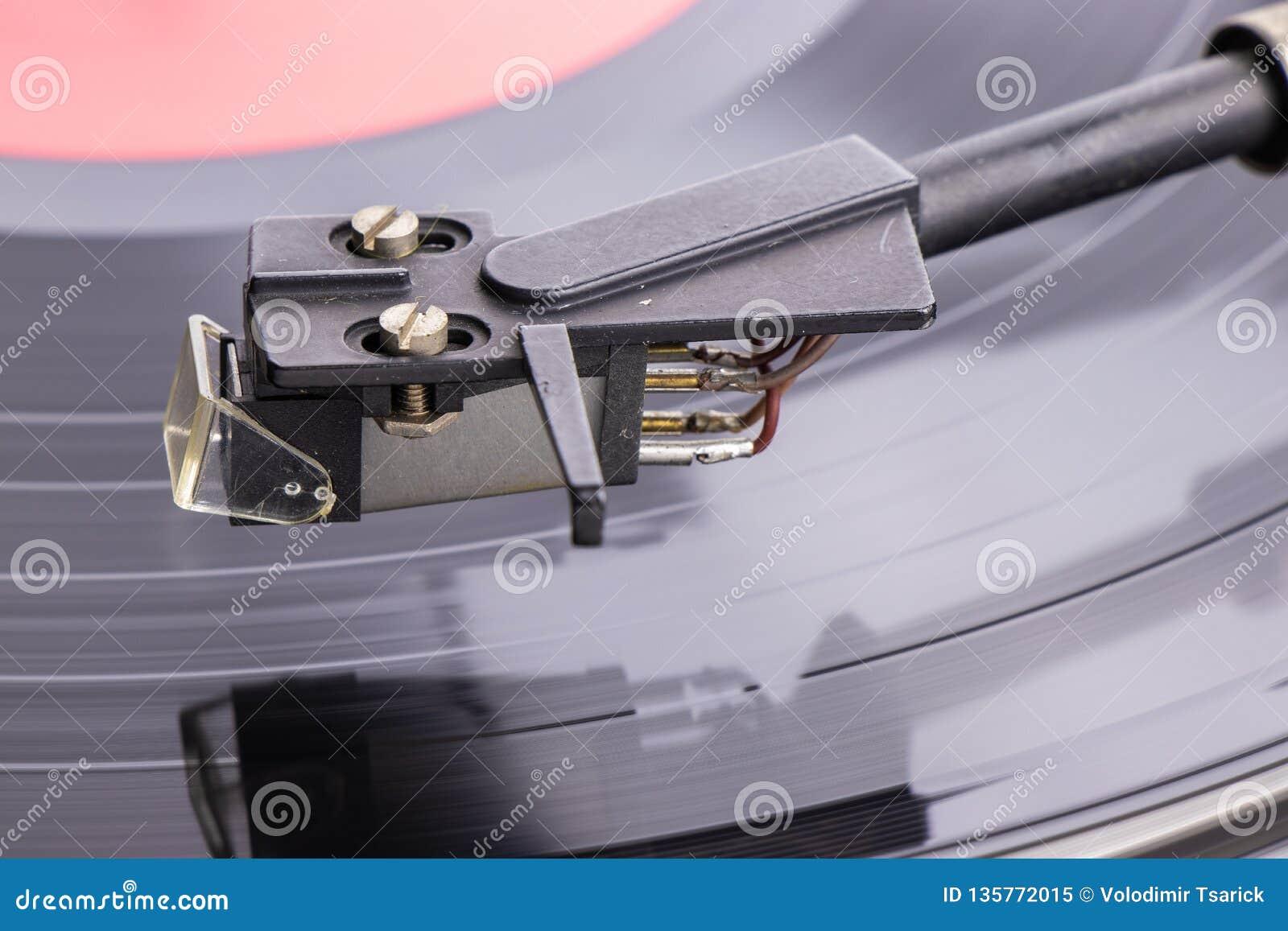 Un vieux joueur de comprimé avec un disque