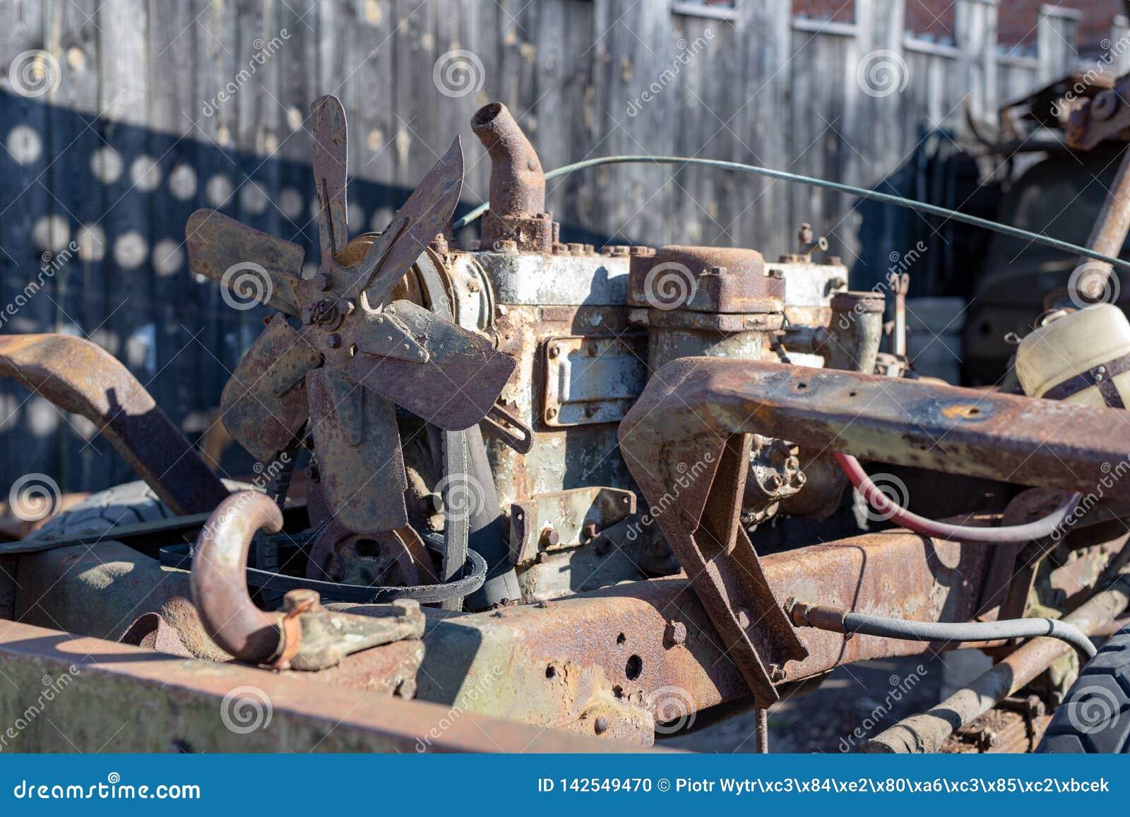https://thumbs.dreamstime.com/z/un-vieux-moteur-diesel-dans-une-voiture-militaire-objets-expos%C3%A9s-le-mus%C3%A9e-du-tecniki-vue-au-ch%C3%A2teau-de-patrimoine-mondial-cesky-142549470.jpg