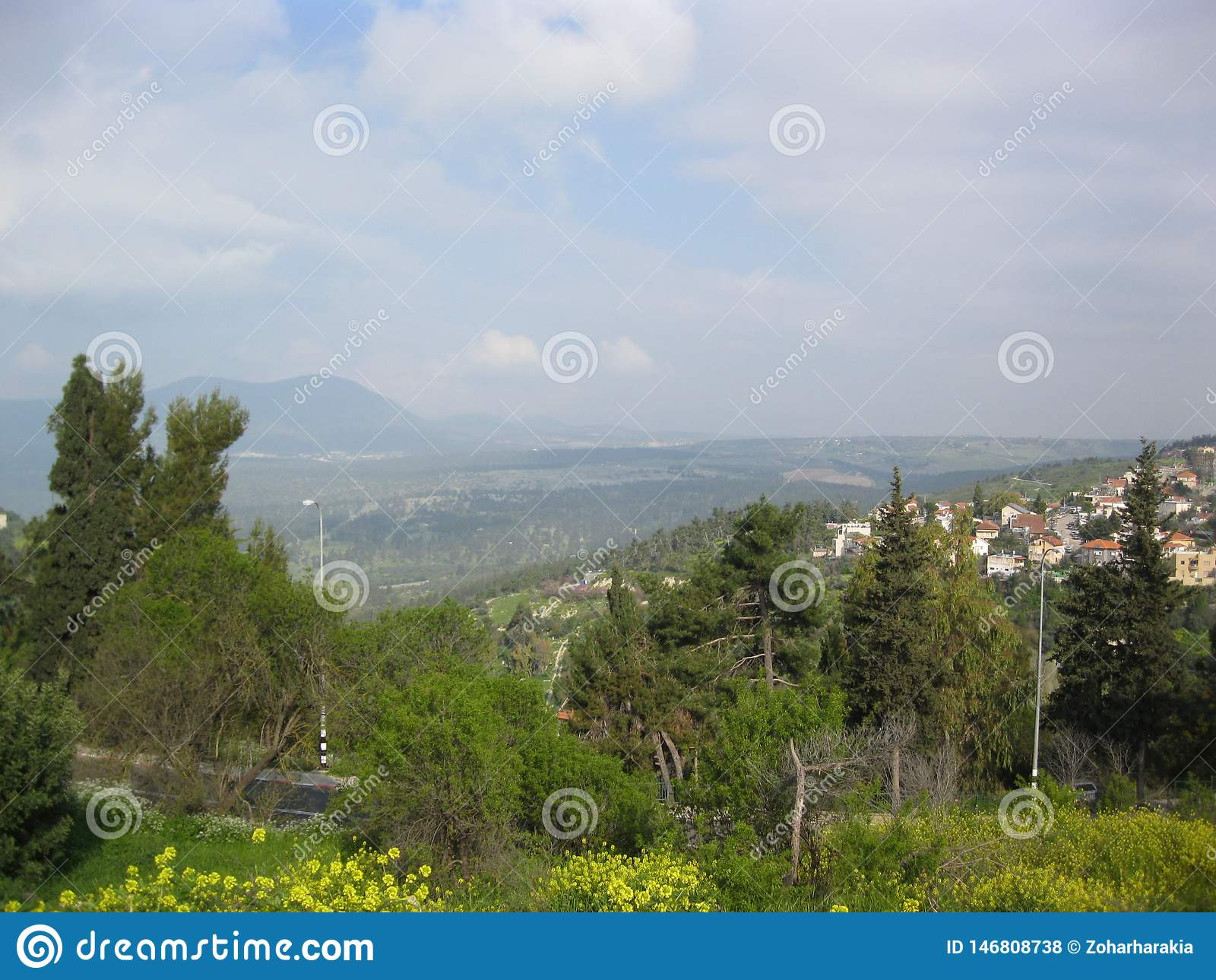 Un village dans un paysage montagneux