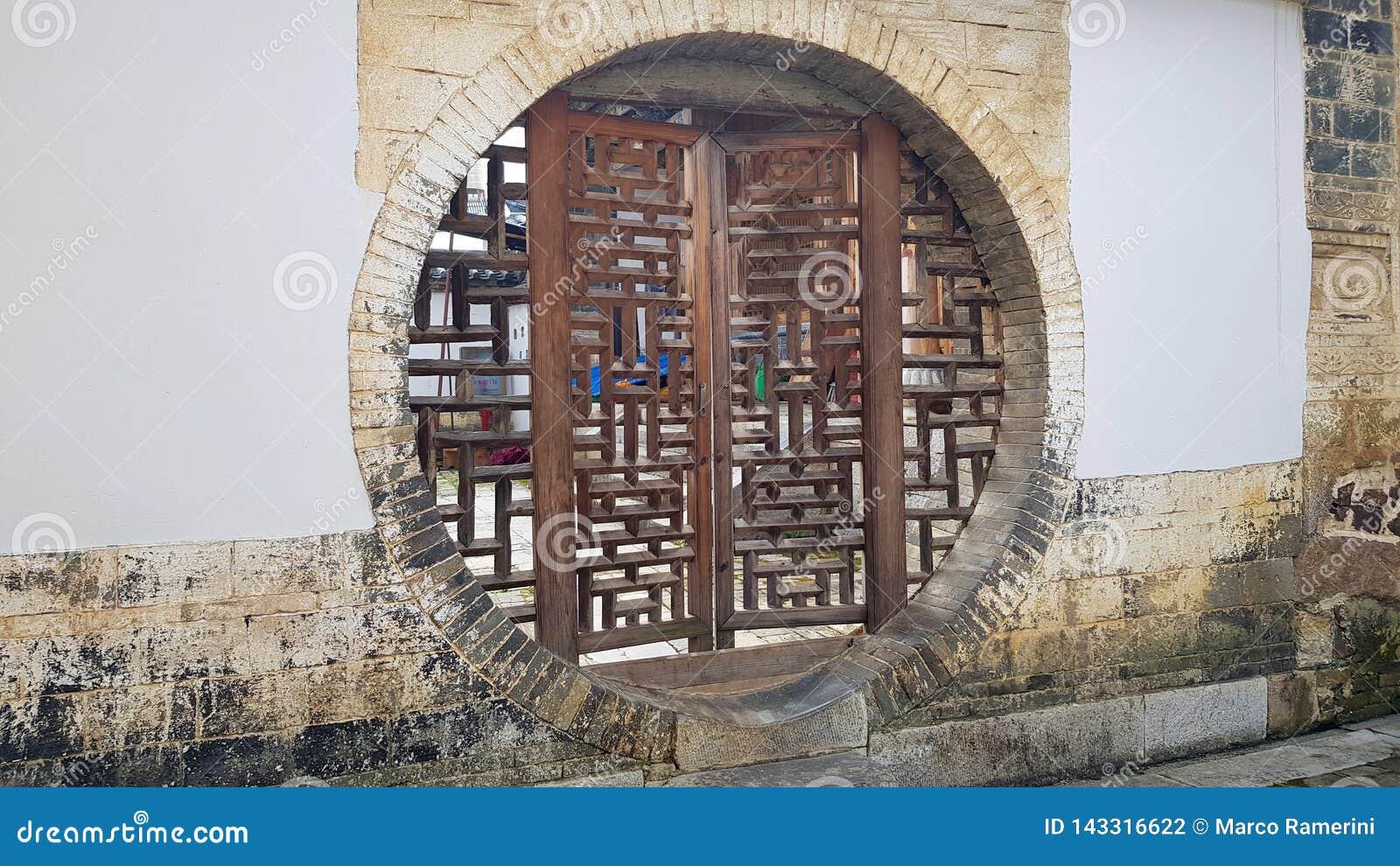 Un village muré traditionnel dans Yunnan, Chine