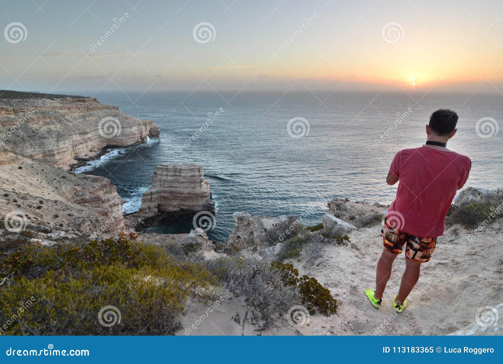 Un visiteur à la promenade scénique de falaises côtières Parc national de Kalbarri Australie occidentale l australie
