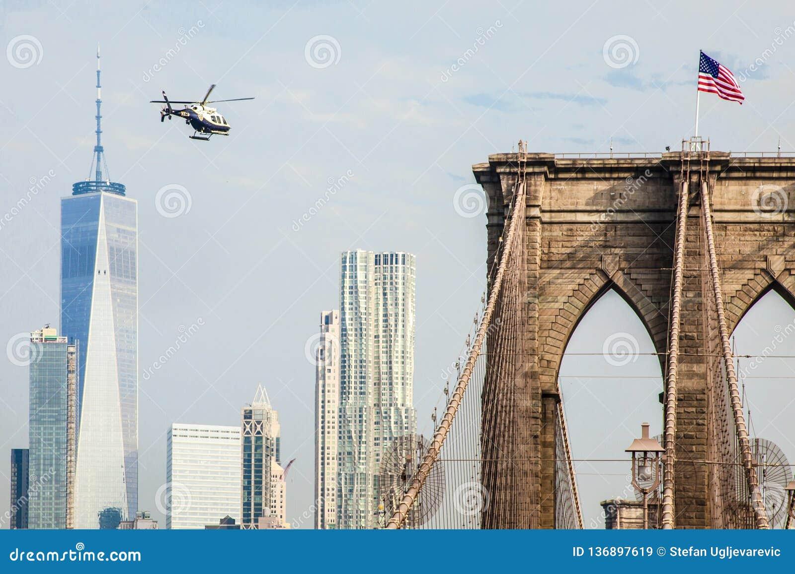Un vol d hélicoptère de NYPD le long de l East River