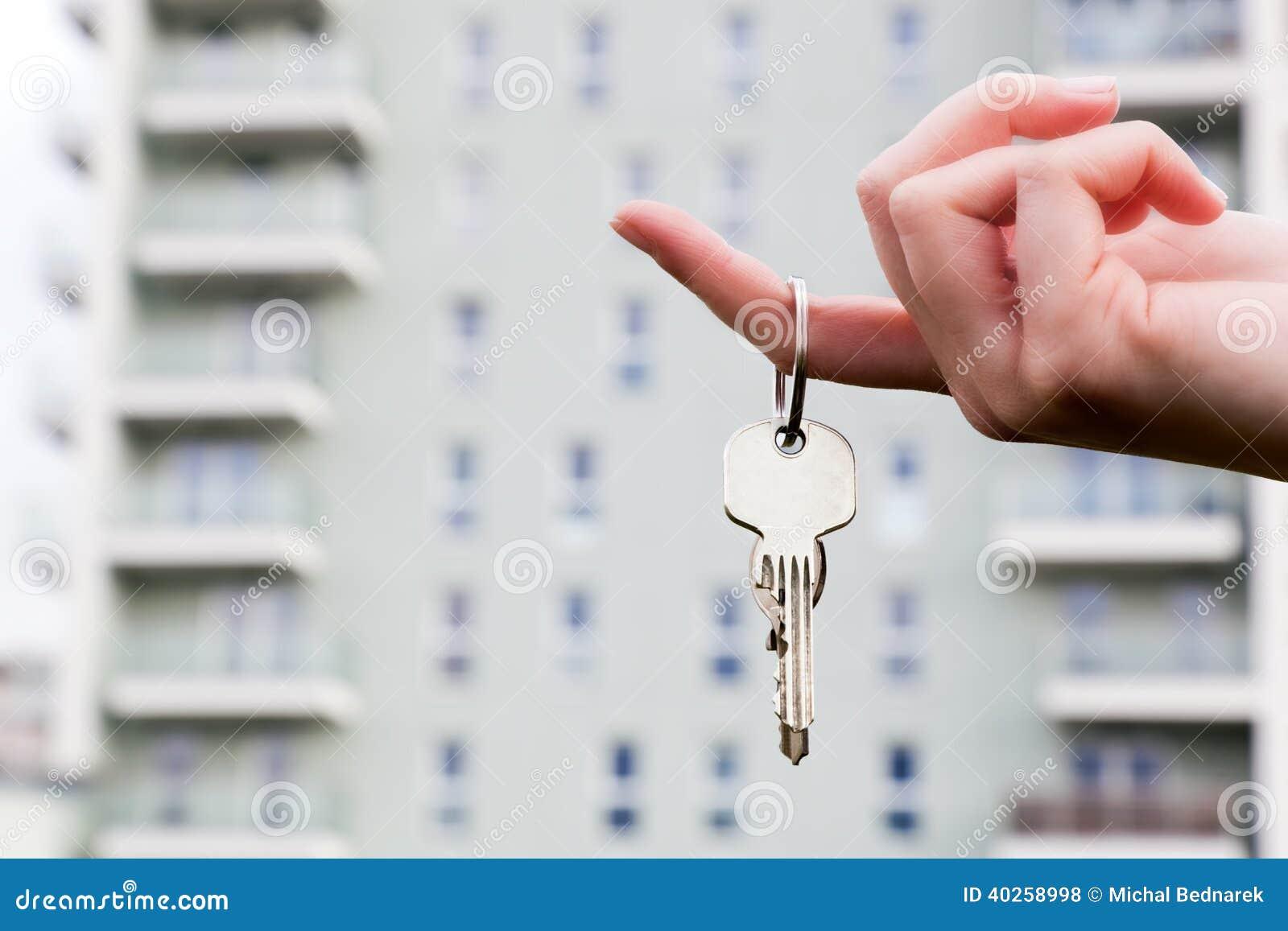 Un vrai agent immobilier tenant des clés sur un nouvel appartement dans des ses mains.