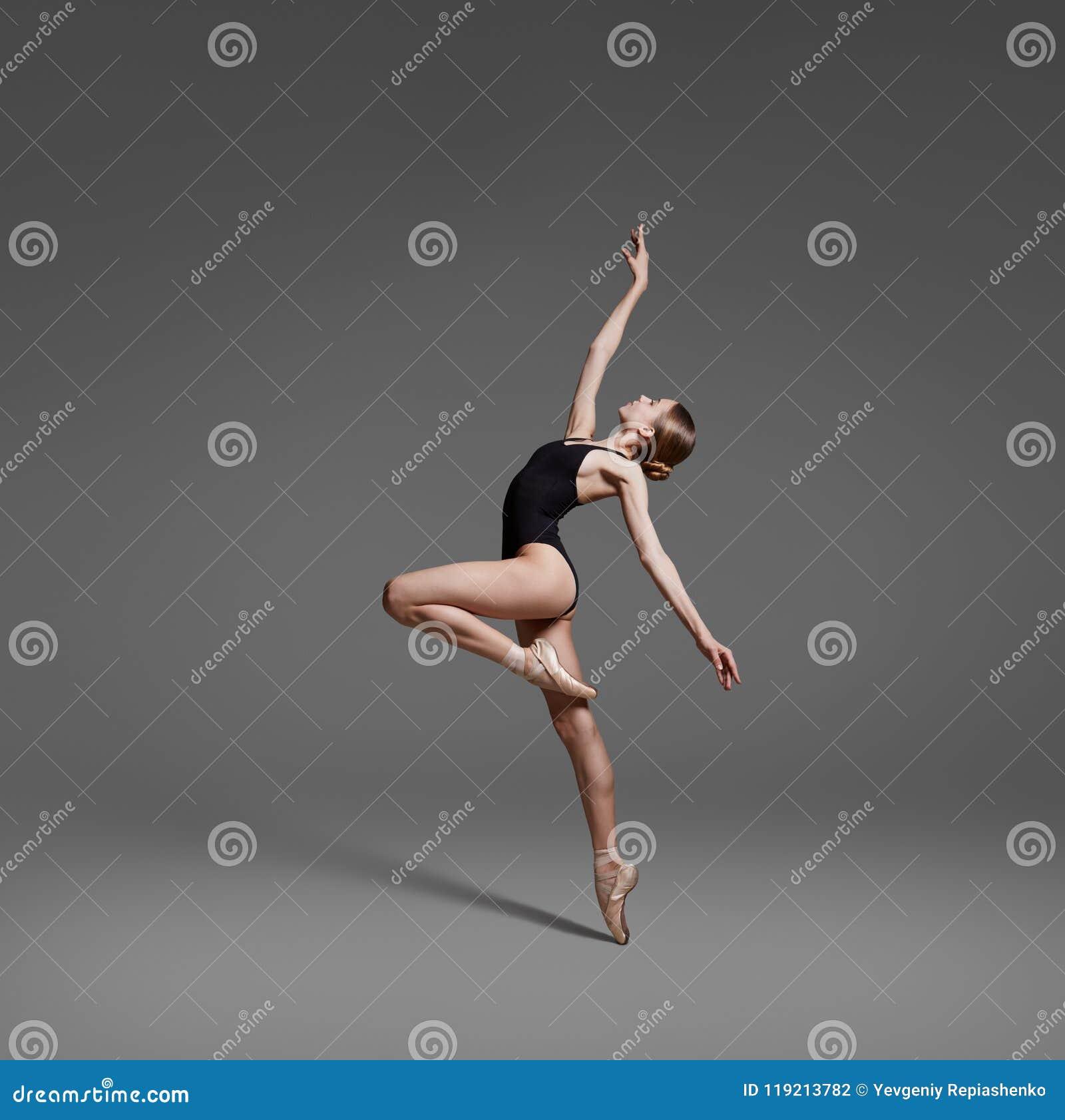 c7f6ec923 Una Bailarina Está Bailando En El Estudio Foto de archivo - Imagen ...