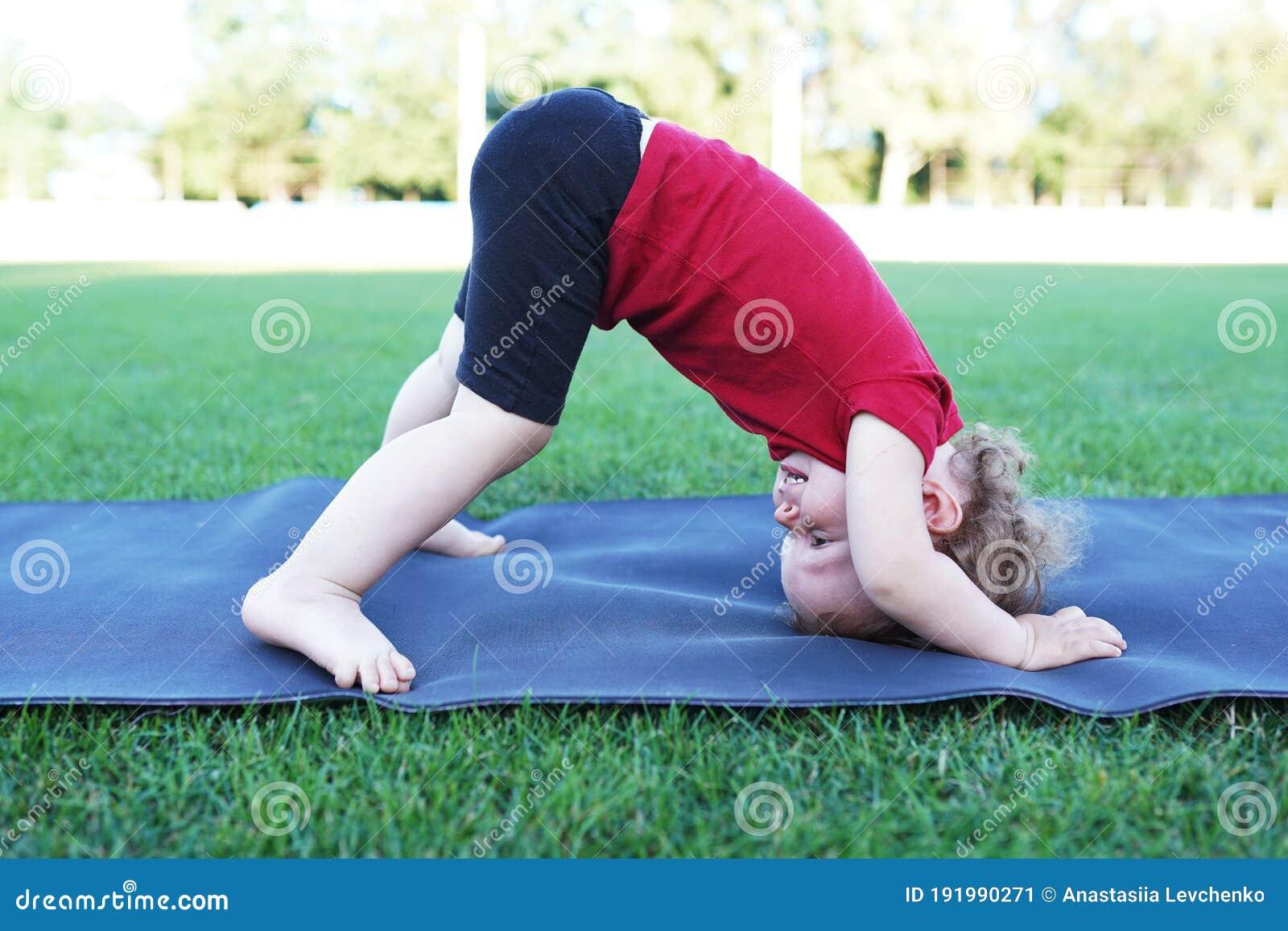 Bambina Sorridente Che Fa Posa Di Yoga A Casa Fotografia