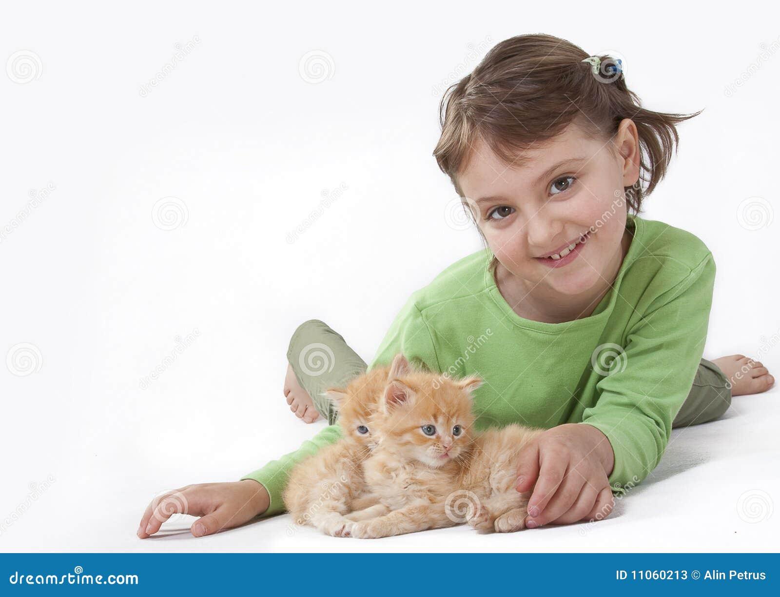 Una bambina che gioca con il gatto del bambino immagine - Immagine del gatto a colori ...