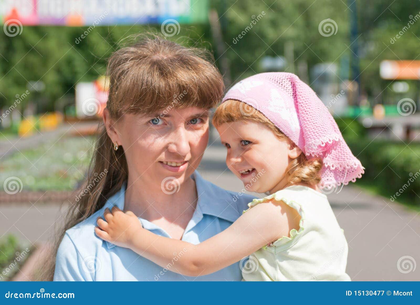 Una bambina con la sua madre