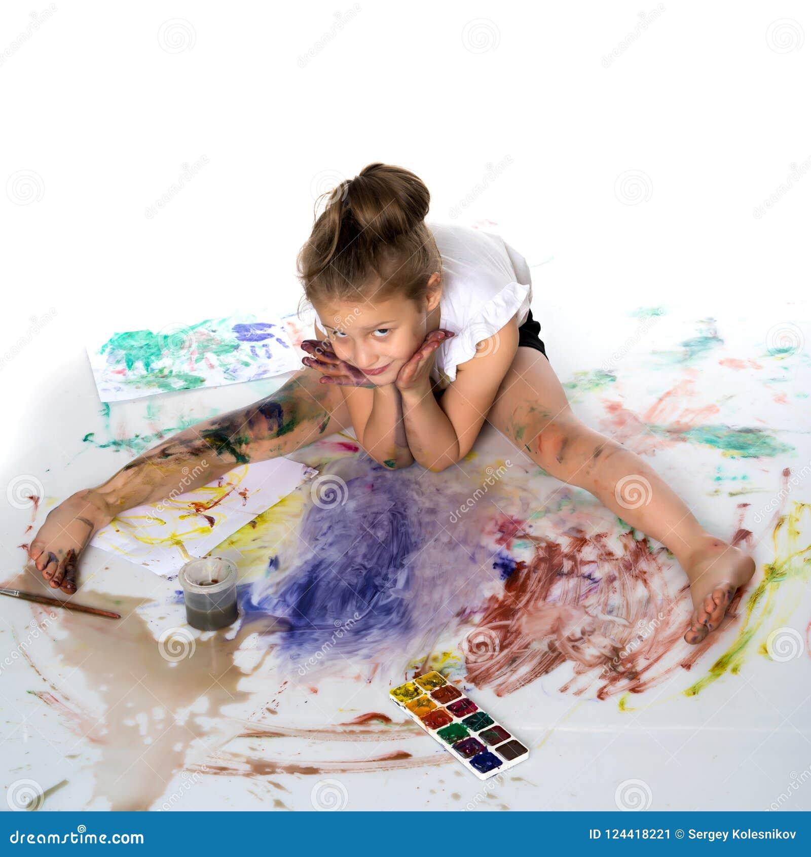 Una bambina estrae le pitture sul suo corpo