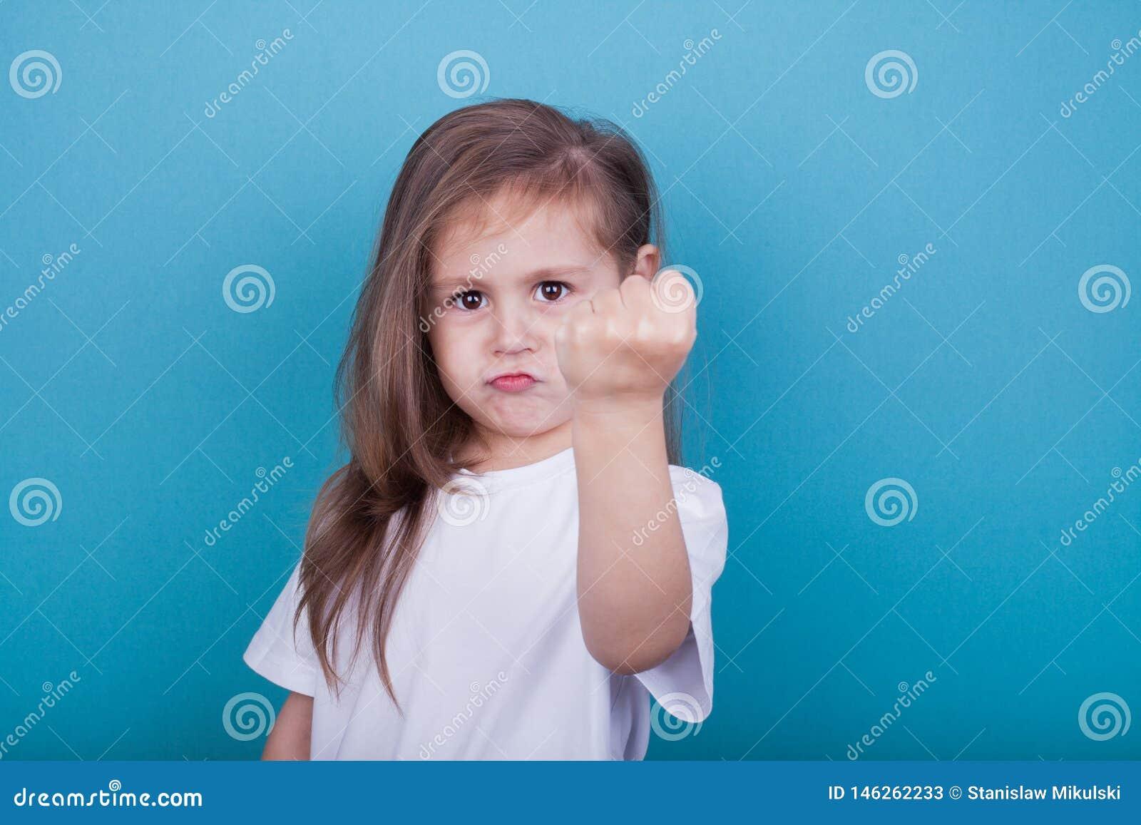 Una bambina minaccia per un pugno