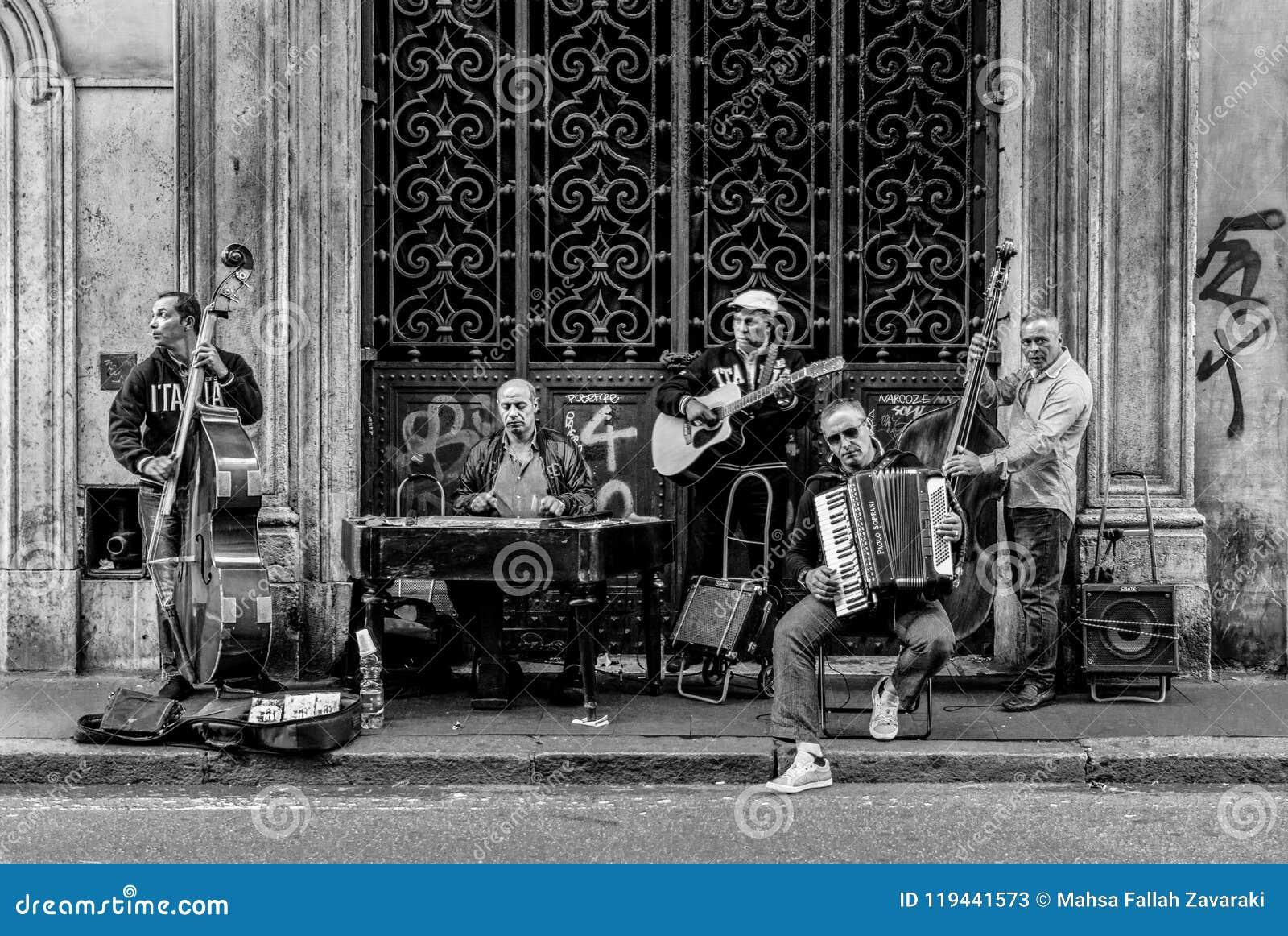 Una banda del musicista della via, foto presa nel maggio 2017 a Roma, Italia