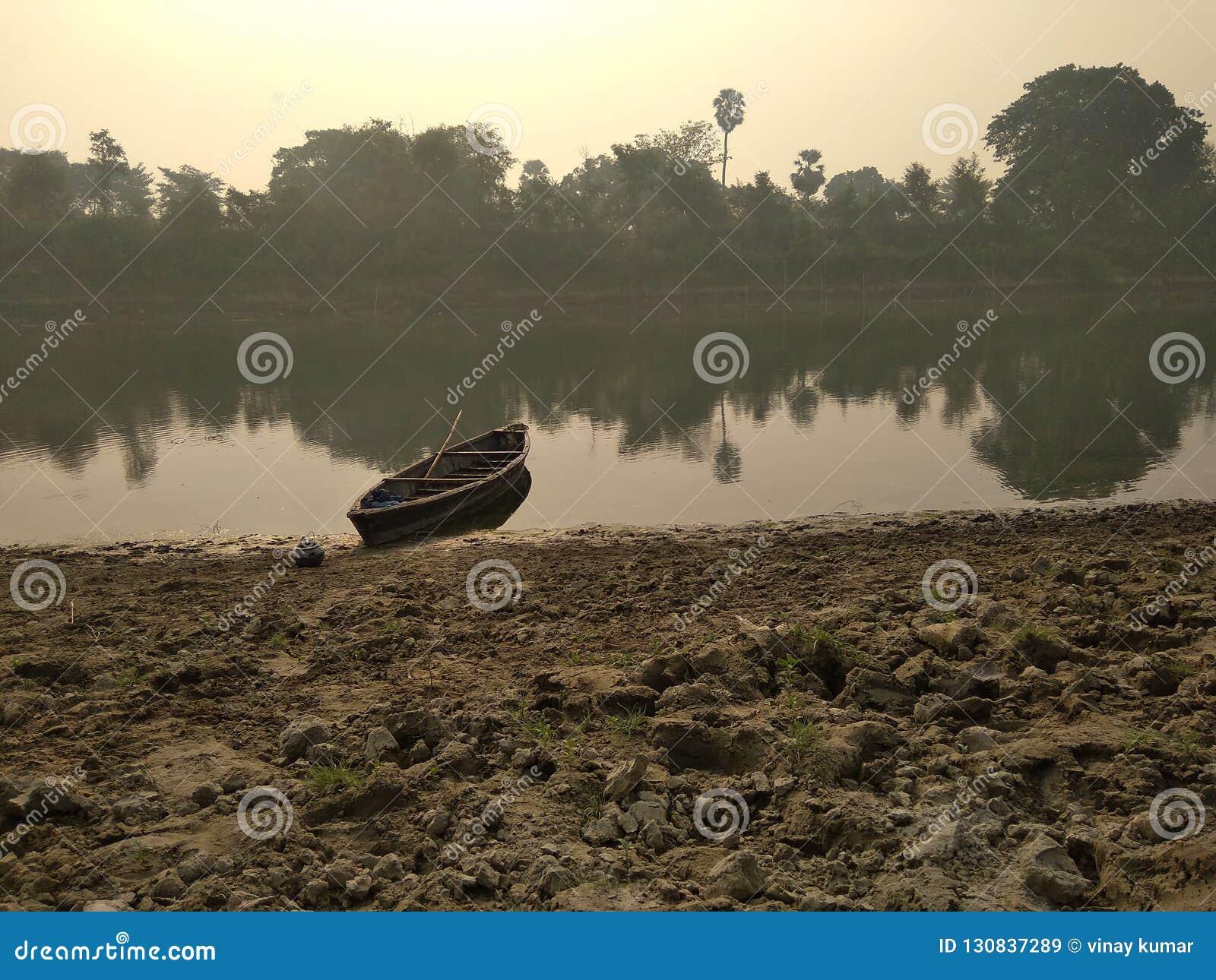 Una barca di fiume sulla sponda del fiume