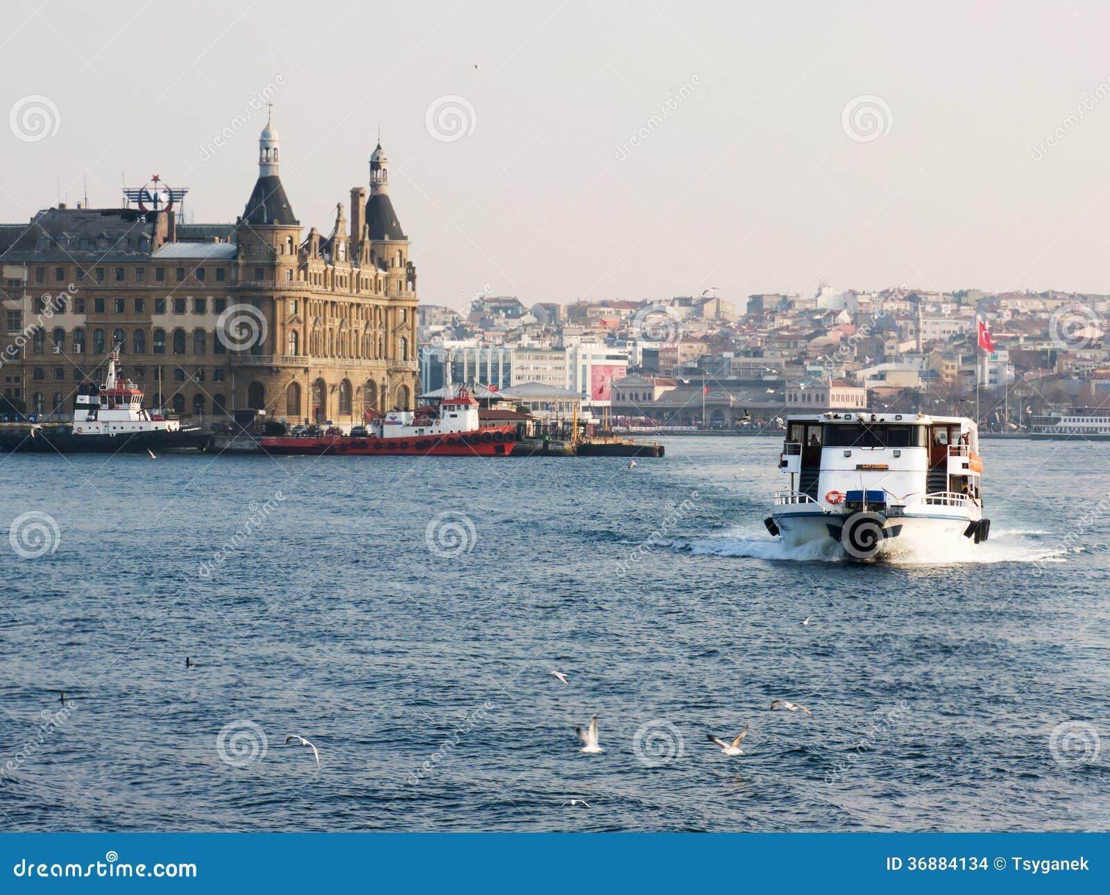 Download Una Barca Nel Bosforo Sui Precedenti Della Stazione Ferroviaria Di Haydarpasa Fotografia Stock - Immagine di bosporus, treno: 36884134