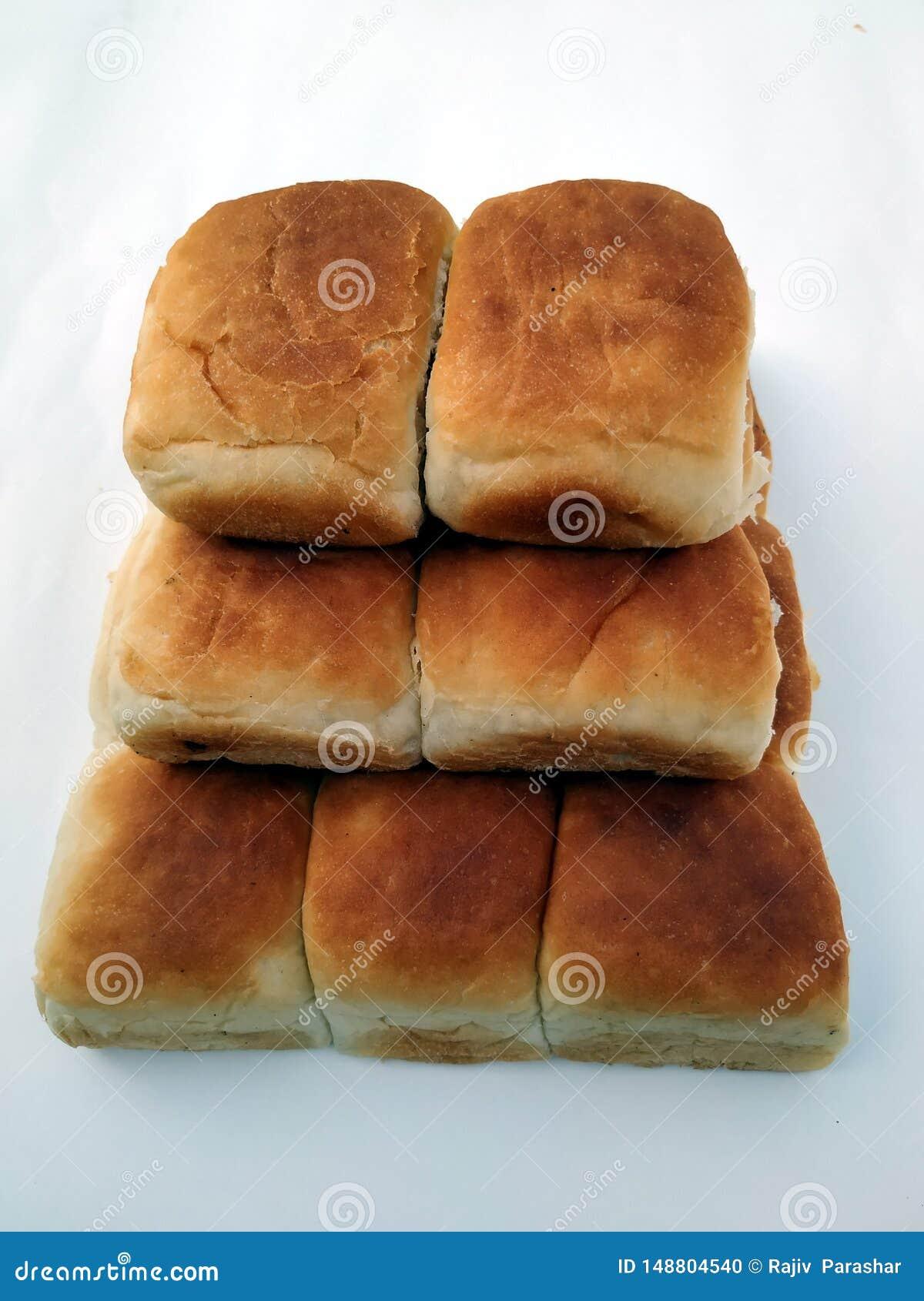 Una barra de pan cuadrada tradicional est? en un fondo blanco Pan en un fondo blanco