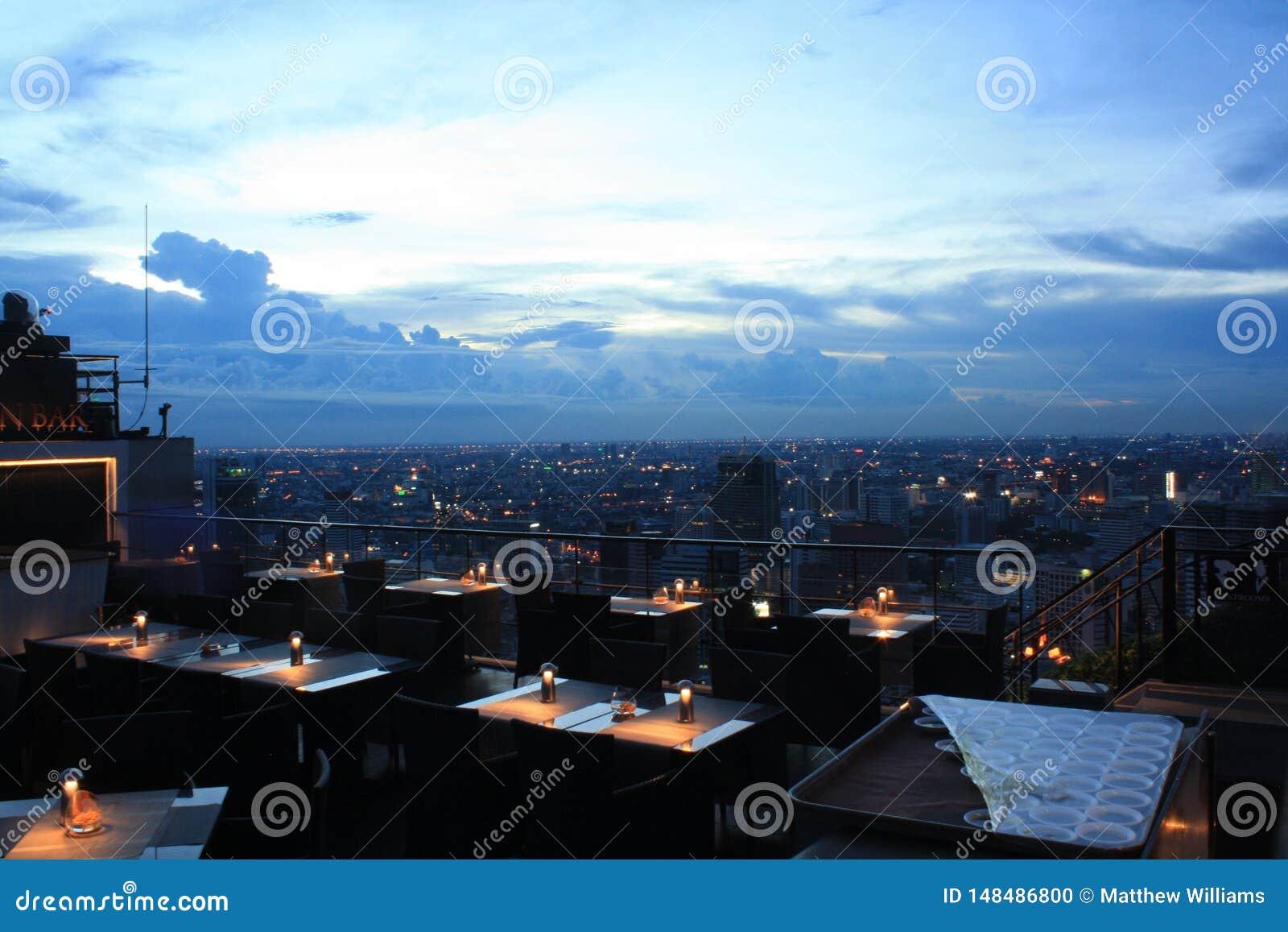 Una barra iluminada por velas de gama alta del tejado en Bangkok