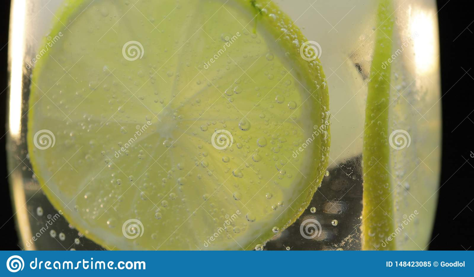 Una bebida de restauraci?n en un vidrio con hielo, y cal Agua efervescente del t?nico de la soda